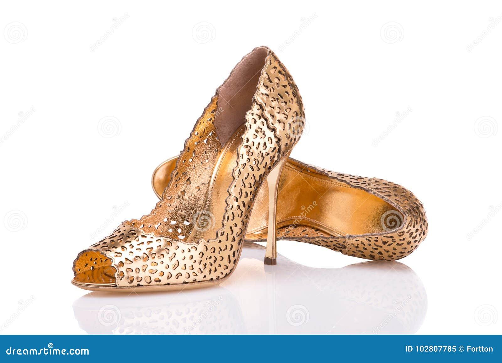 reputable site 6d384 93147 Chaussures en cuir d or élégant sur un fond blanc
