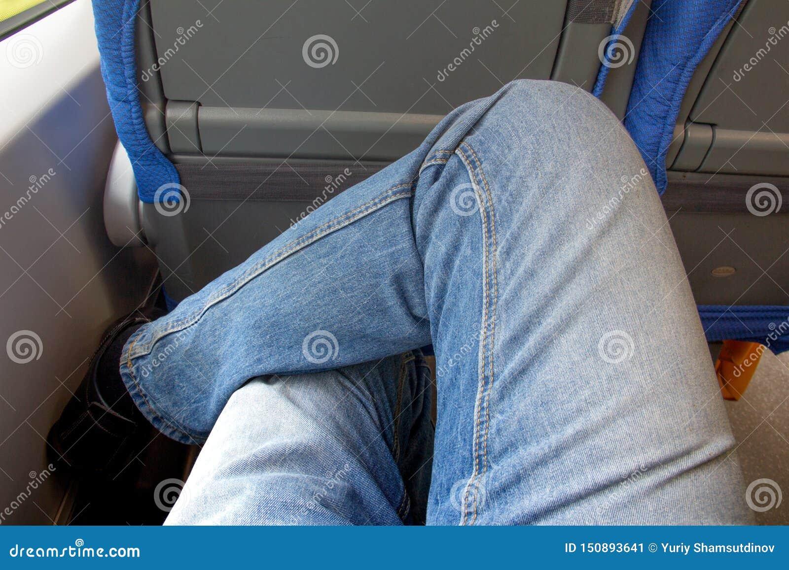 Une paire de jambes habillées dans des voyages de jeans par chemin de fer