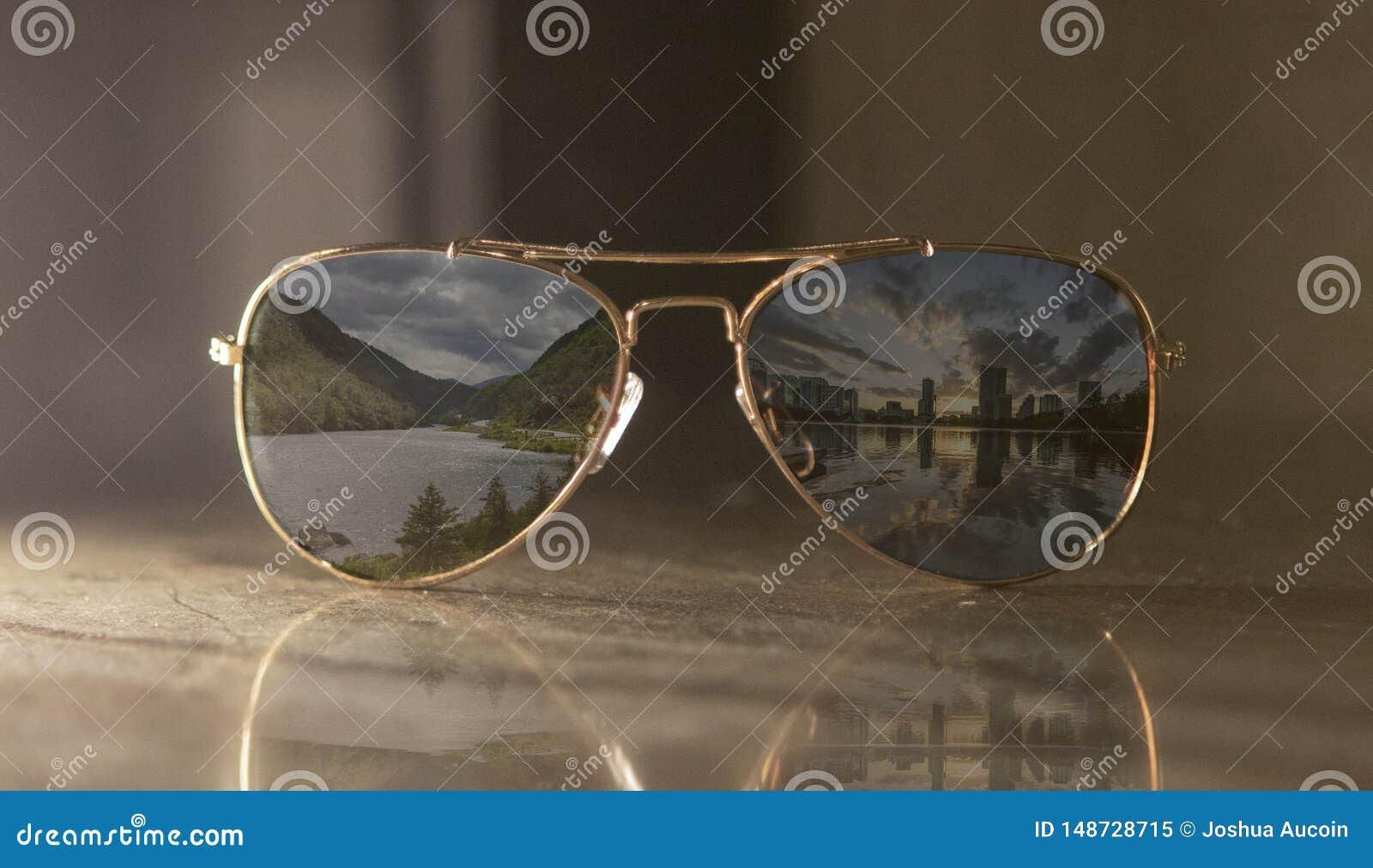 Une paire de m?tal d or et d aviateur classique de lentille brune