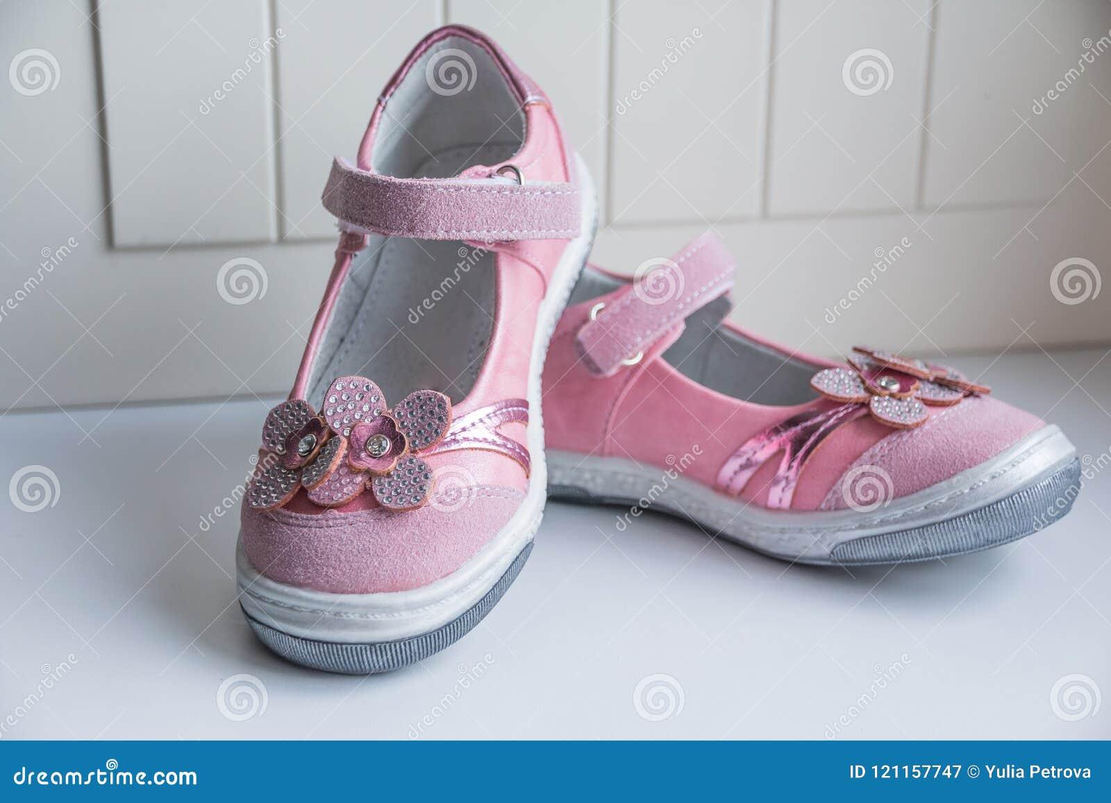 6d0d9ca2c7de7 Les chaussures de roses pâles d isolement sur la vue de partie antérieure  blanche et d un rose de paires