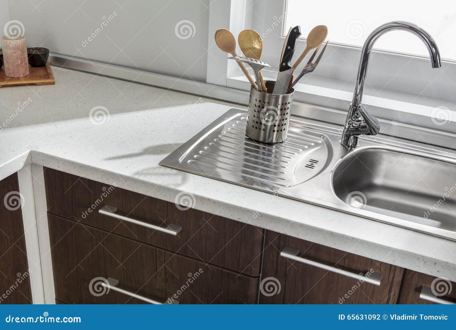 Une partie d évier de cuisine moderne avec des tiroirs et des poignées