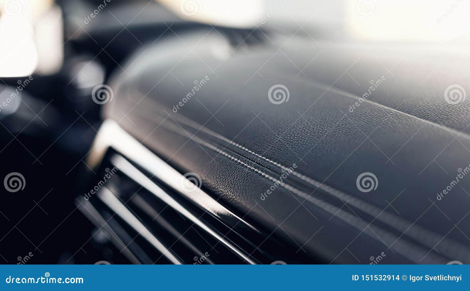 Une partie d intérieur en cuir noir en cuir piqué de voiture Int?rieur en cuir perfor? de noir de luxe moderne de voiture