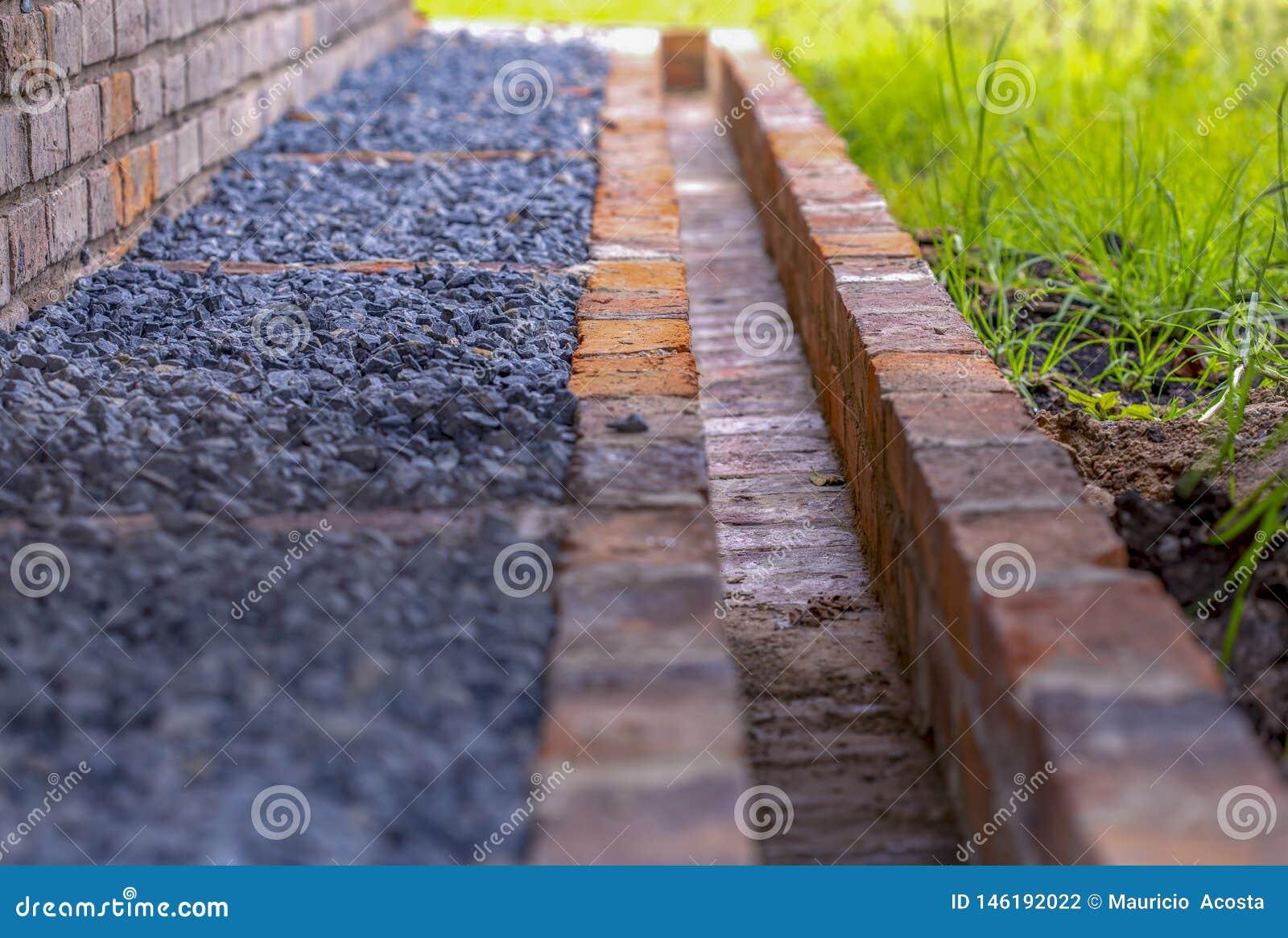 Gravier Autour De La Maison une partie d'un système de drain autour d'une maison de