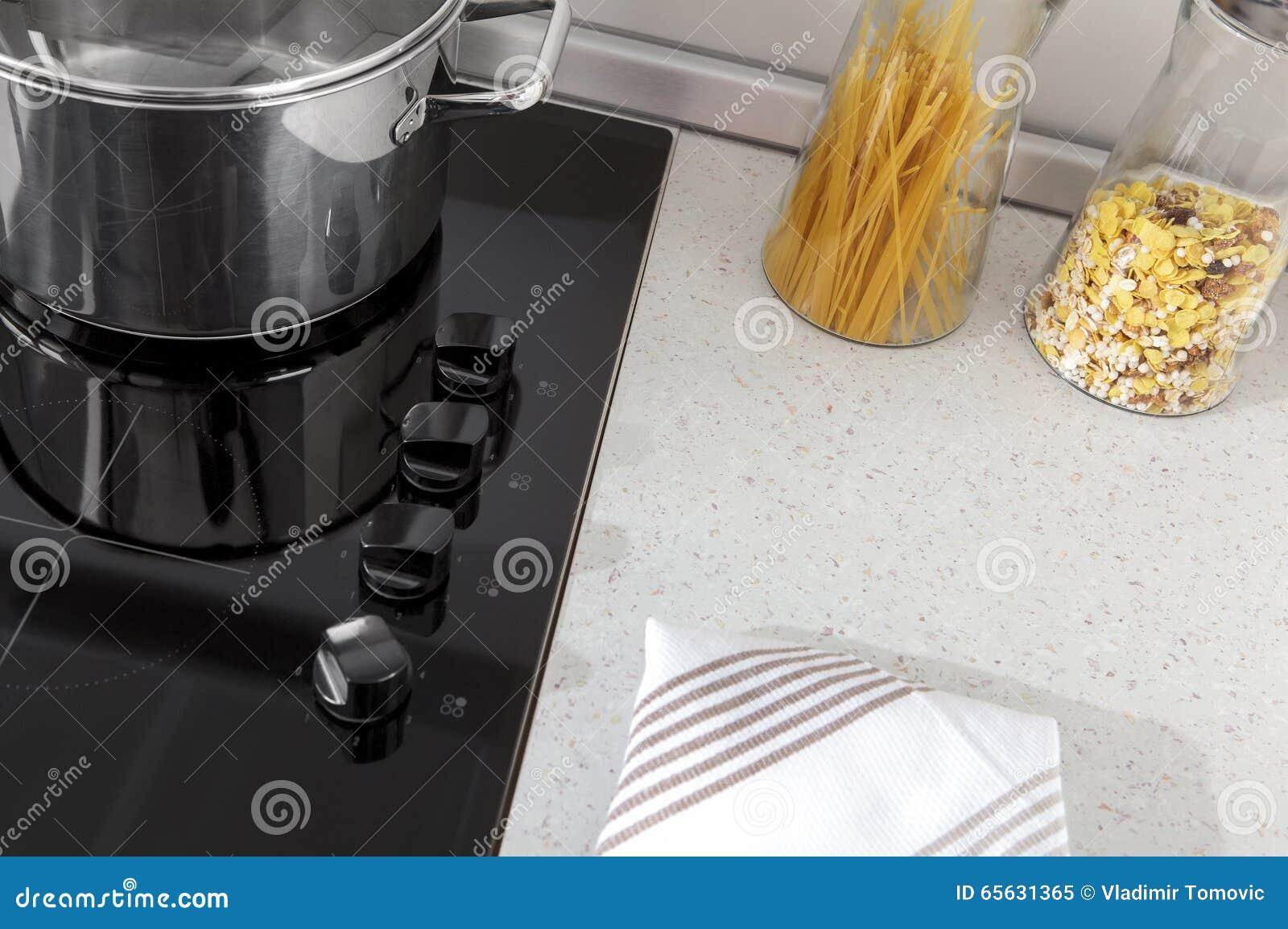 Une partie d une cuisine moderne, détails électriques de fourneau avec des tiroirs