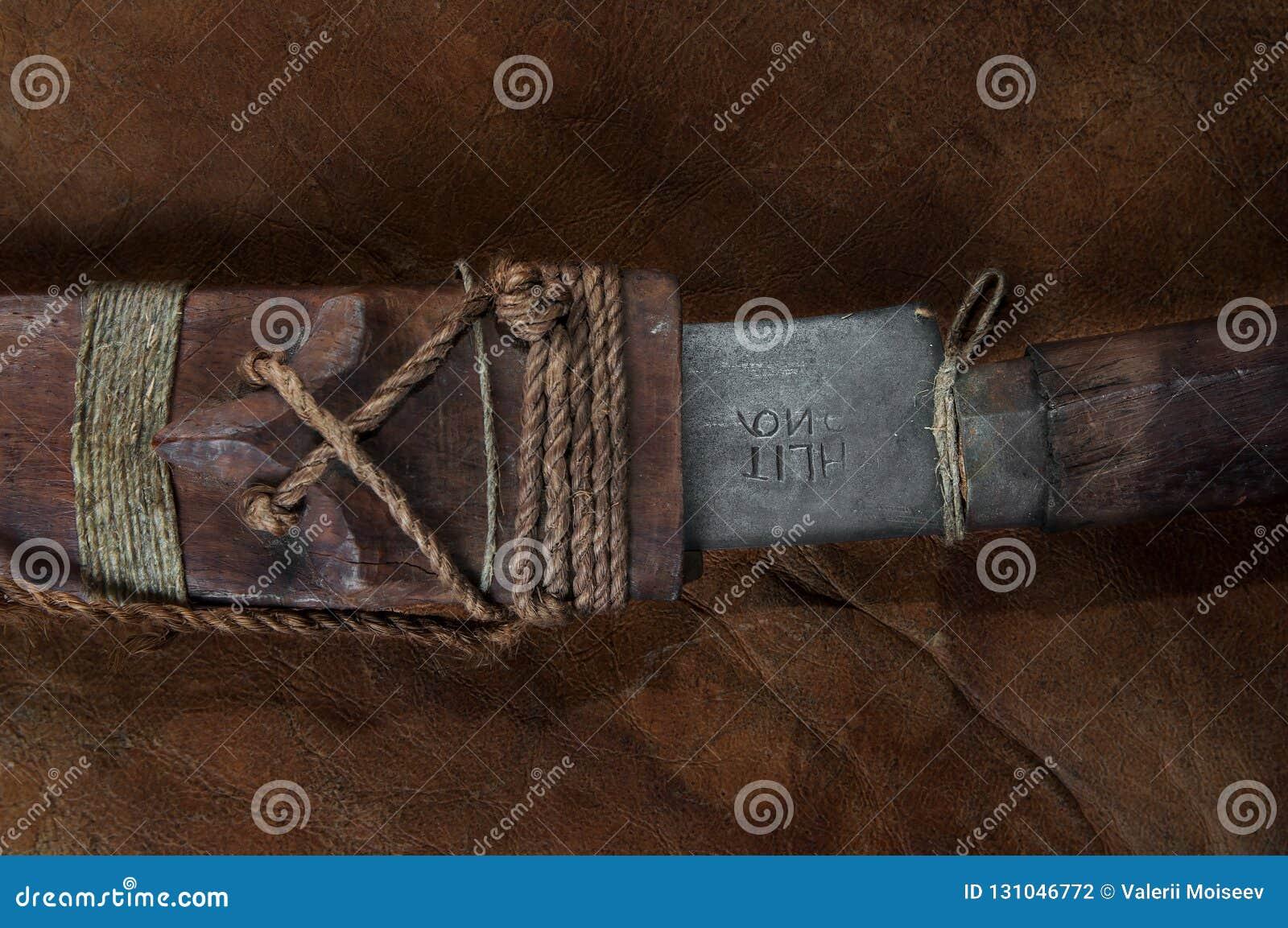 Une partie de cacher dans la vraie épée samouraï japonaise de bâton sur le cuir