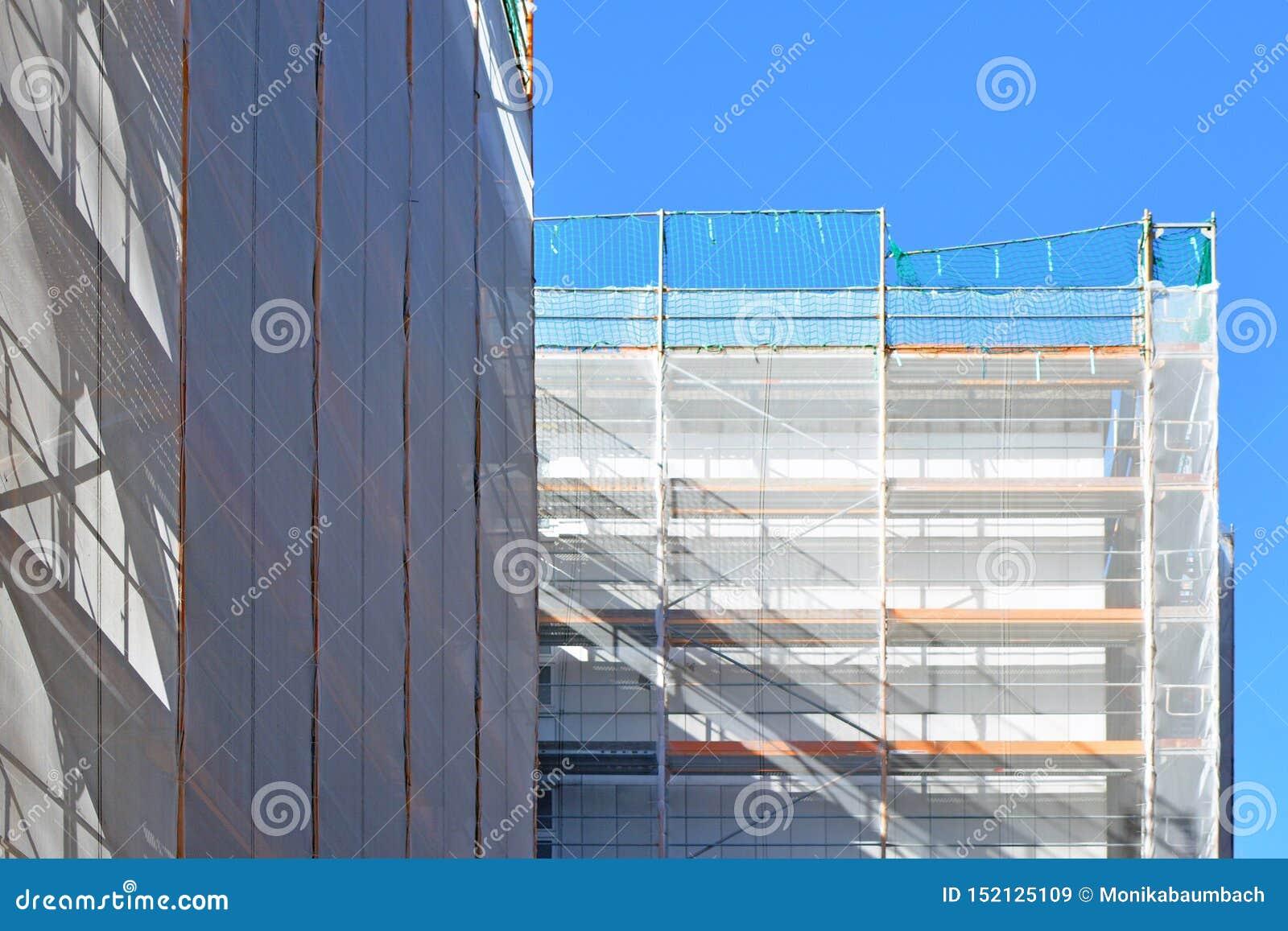 Une partie de chantier de construction avec l échafaudage sur la façade de construction à plusiers étages pendant la rénovation