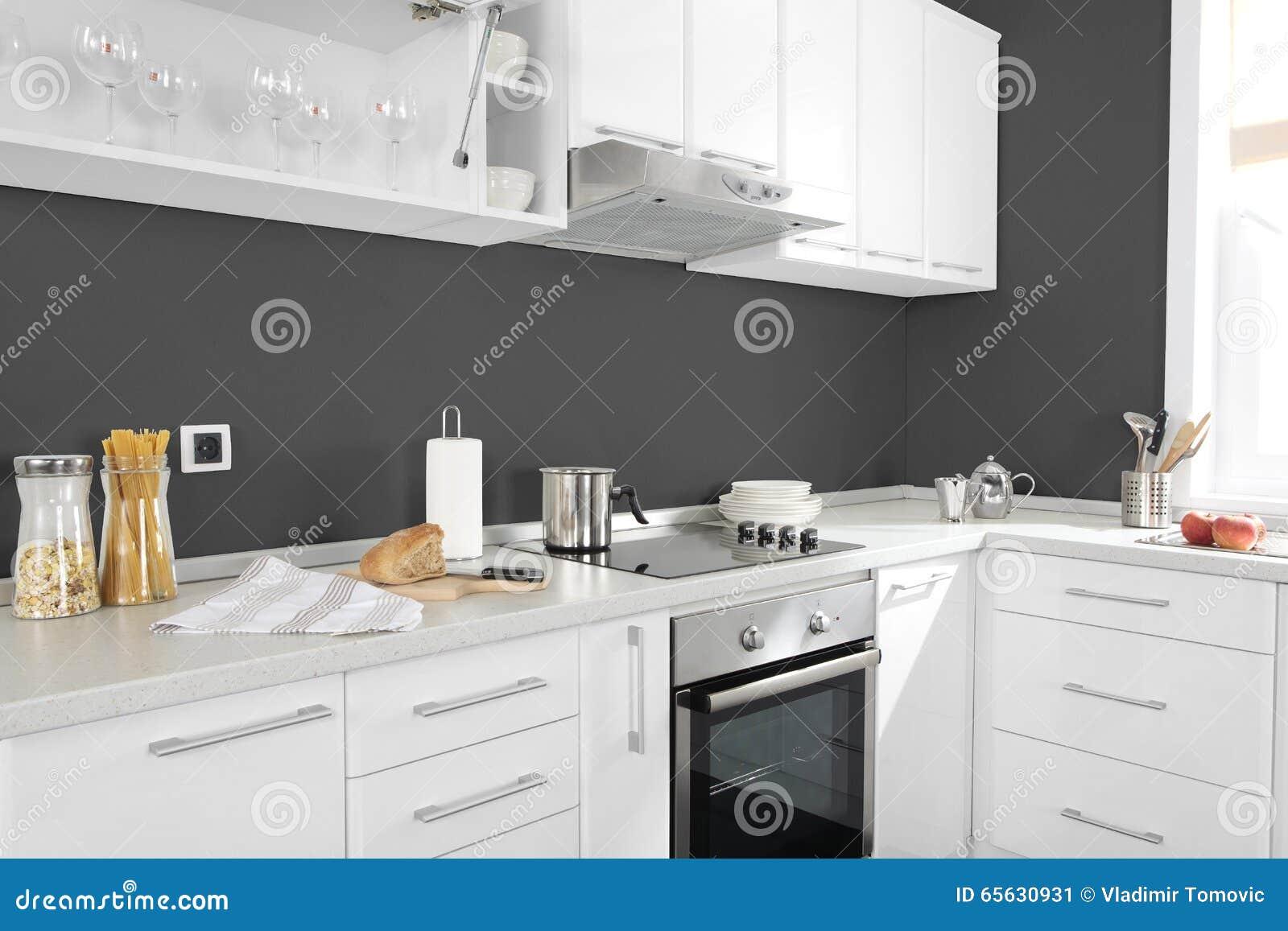 Une partie de cuisine moderne avec les petits groupes et les tireurs électriques de four de fourneau