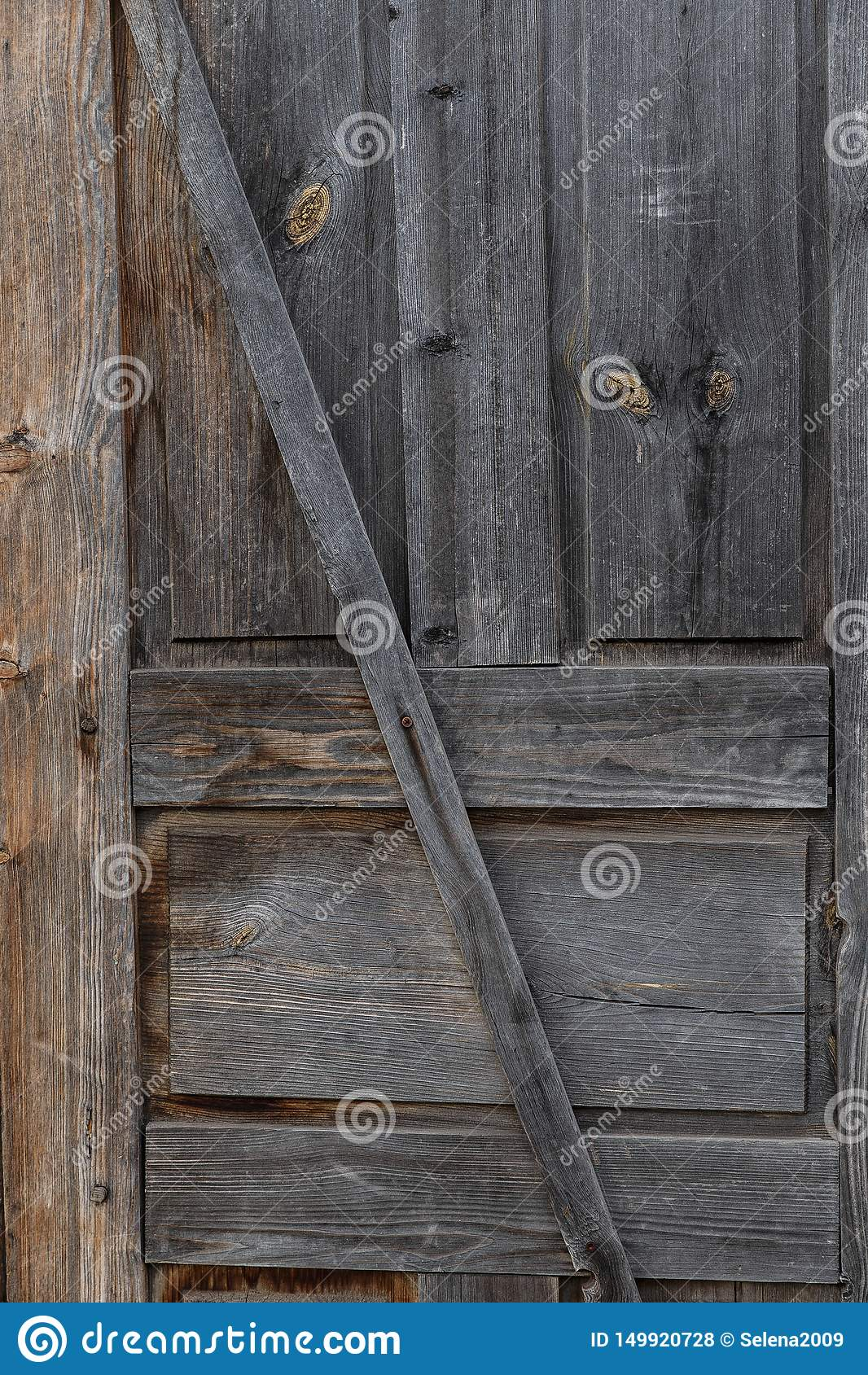 Une partie de la porte Vieille trappe en bois ferm?e Un épluchage, porte criquée et brun clair