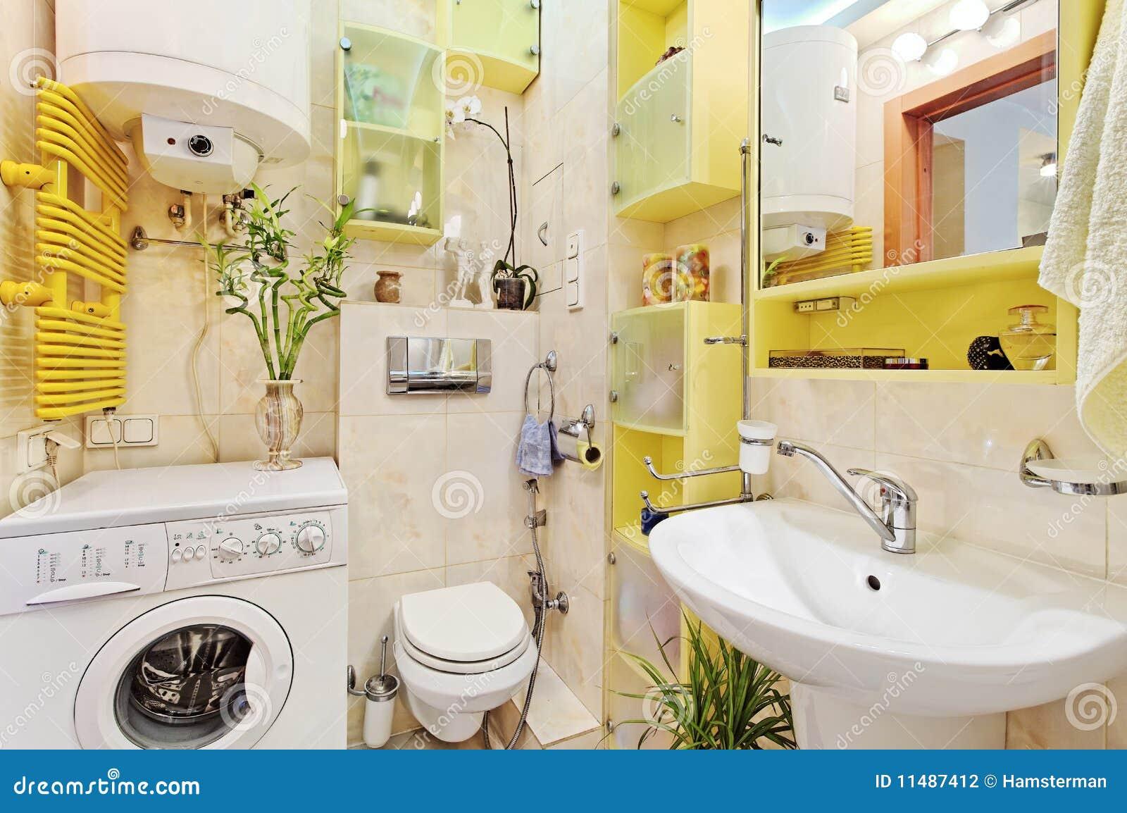 Une partie de petite salle de bains moderne avec le mashine de lavage photographie stock image for Photos petite salle de bain moderne