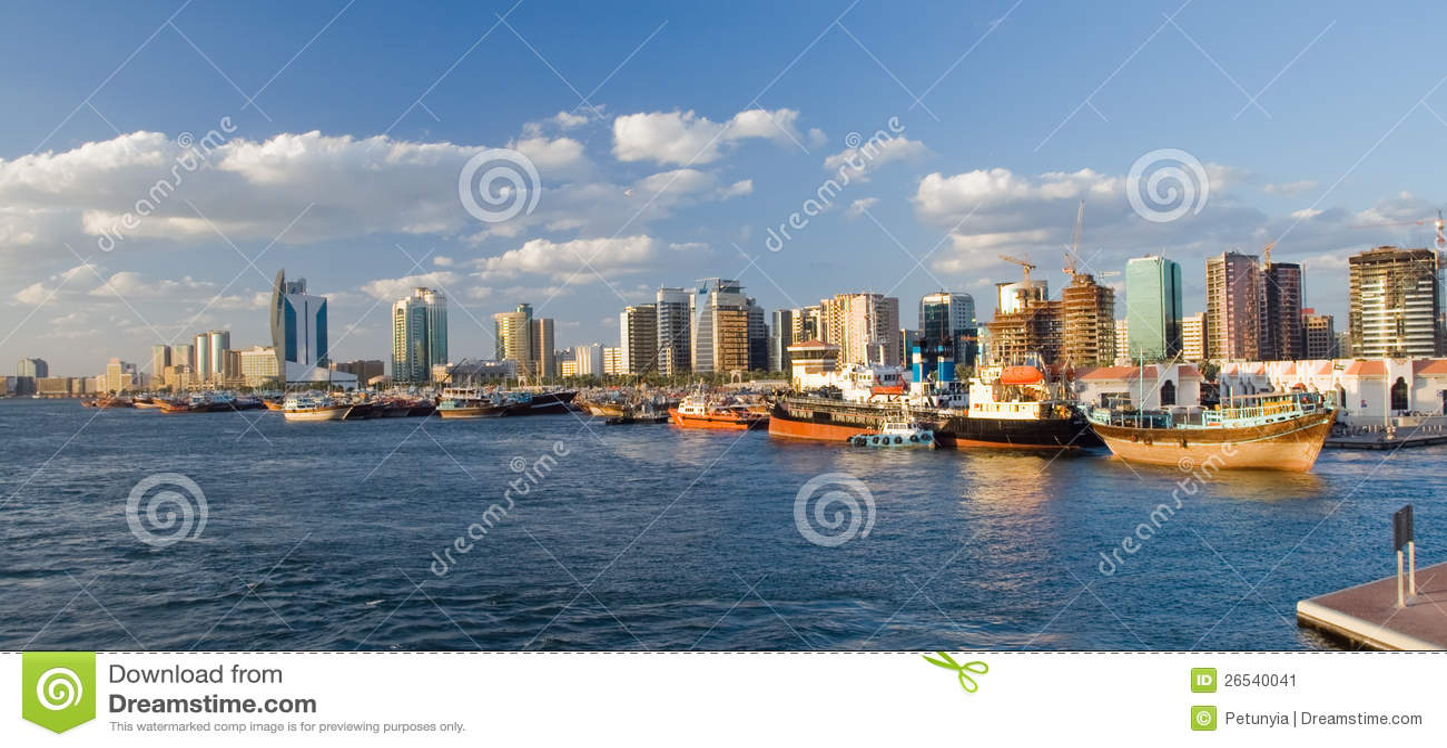 Une partie de port, gratte-ciel de négligence Dubaï