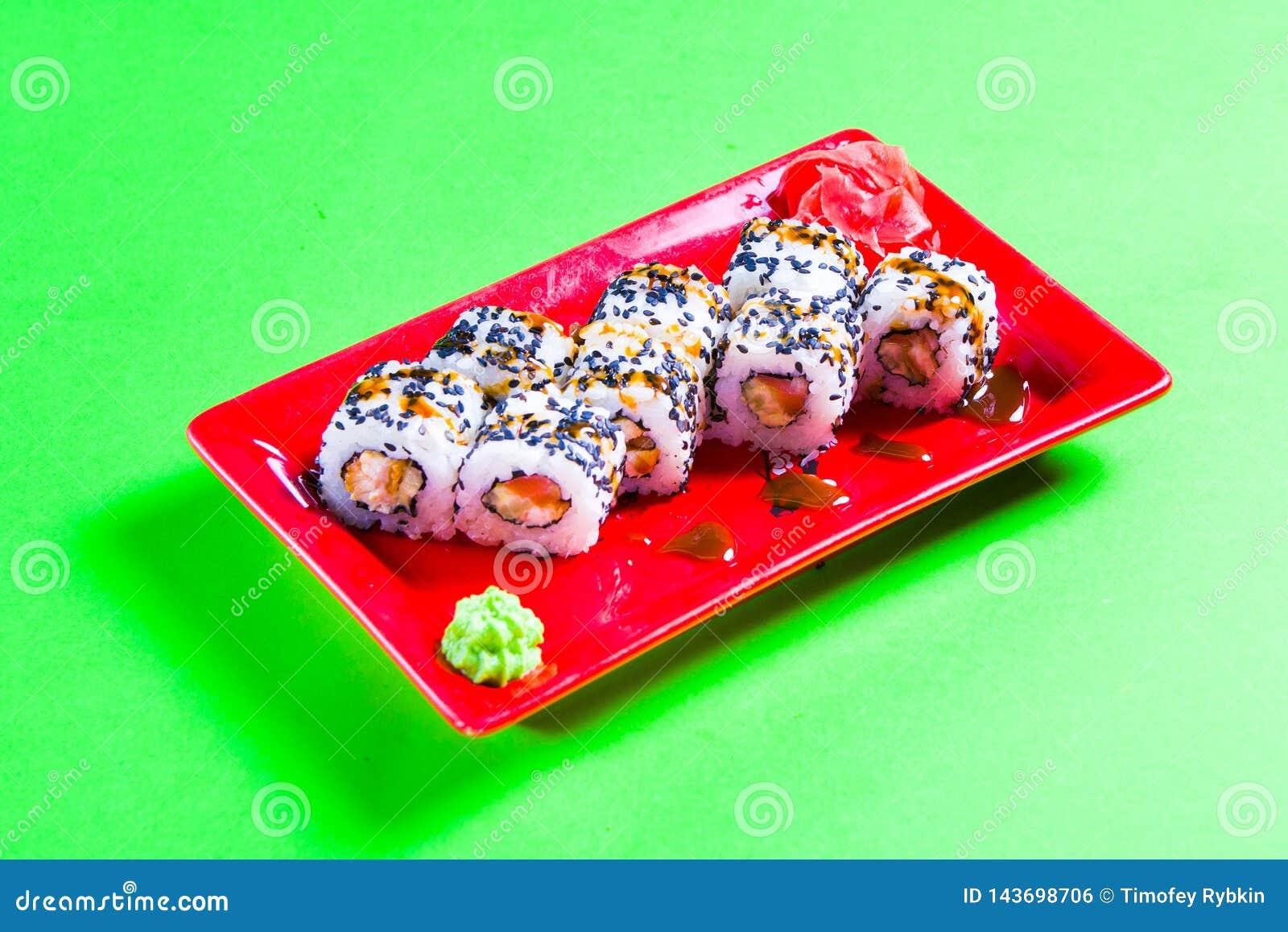 Une partie de sushi d un plat rouge Fond vert