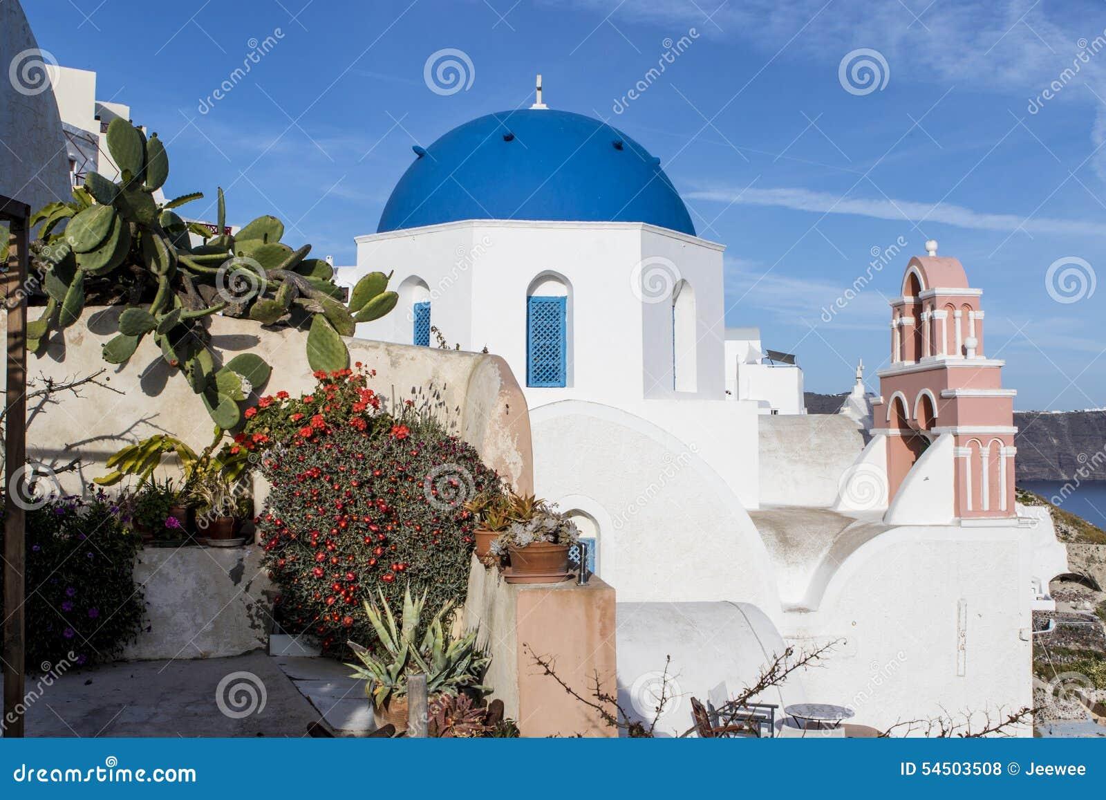 Une petite église orthodoxe grecque blanche avec un toit bleu typique sur la falaise à Oia, Santorini, Cyclades Grèce