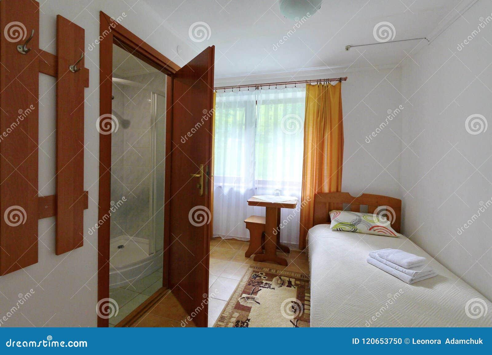 Une Petite Chambre D\'hôtel Avec Une Salle De Bains Combinée Et Un ...