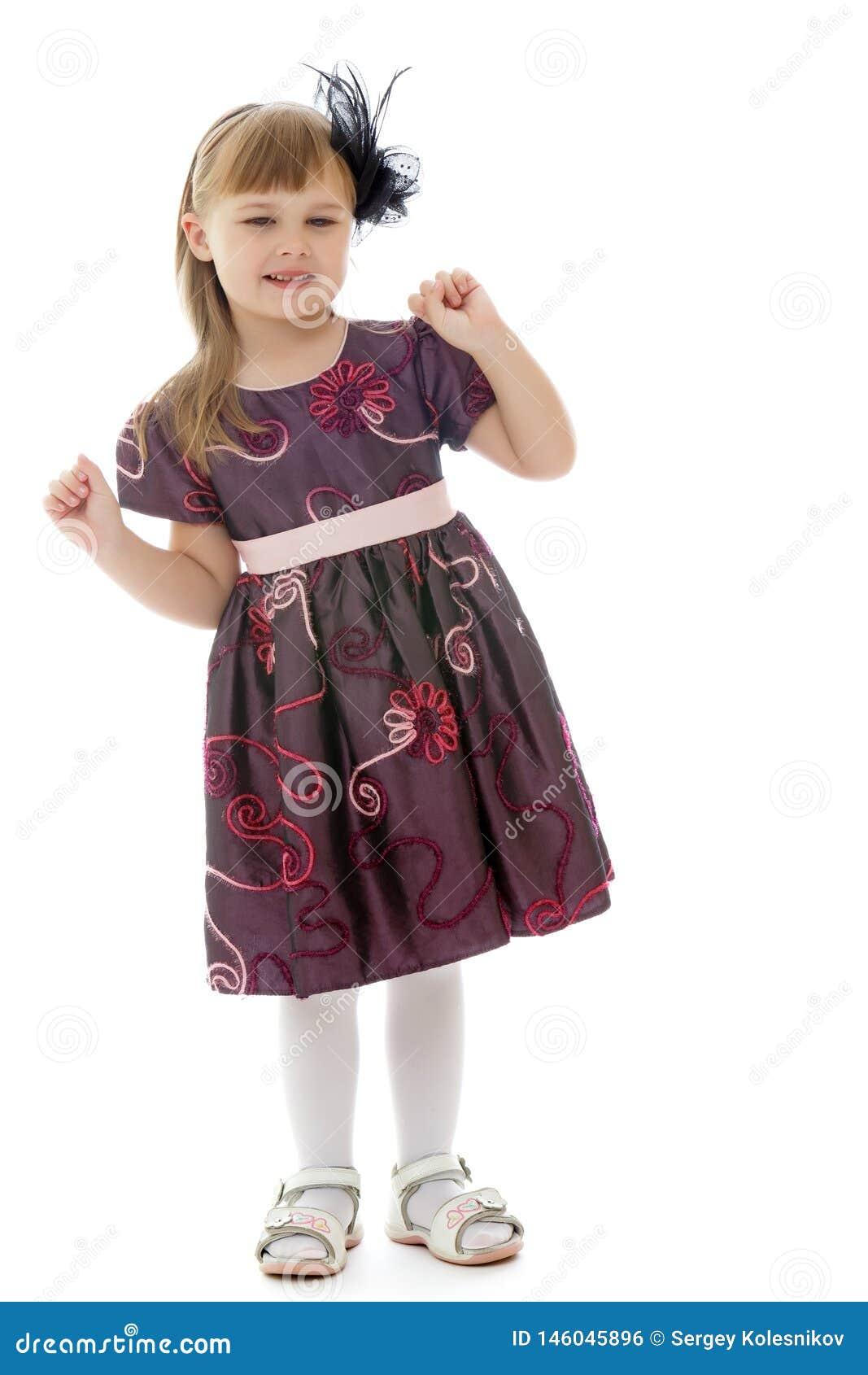 Une petite fille gaie danse