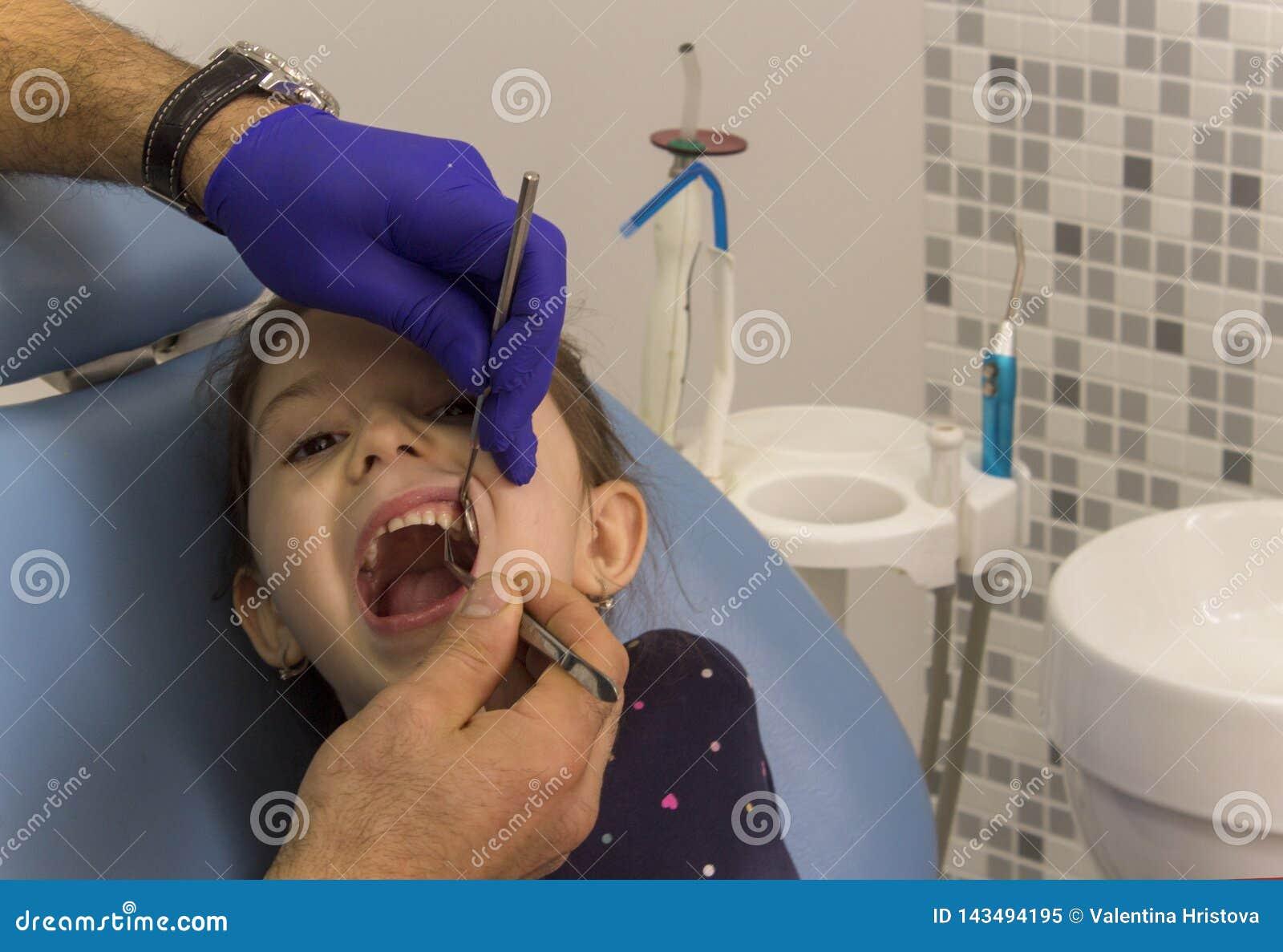 Une petite fille s asseyant dans une chaise dentaire à un bureau dentaire