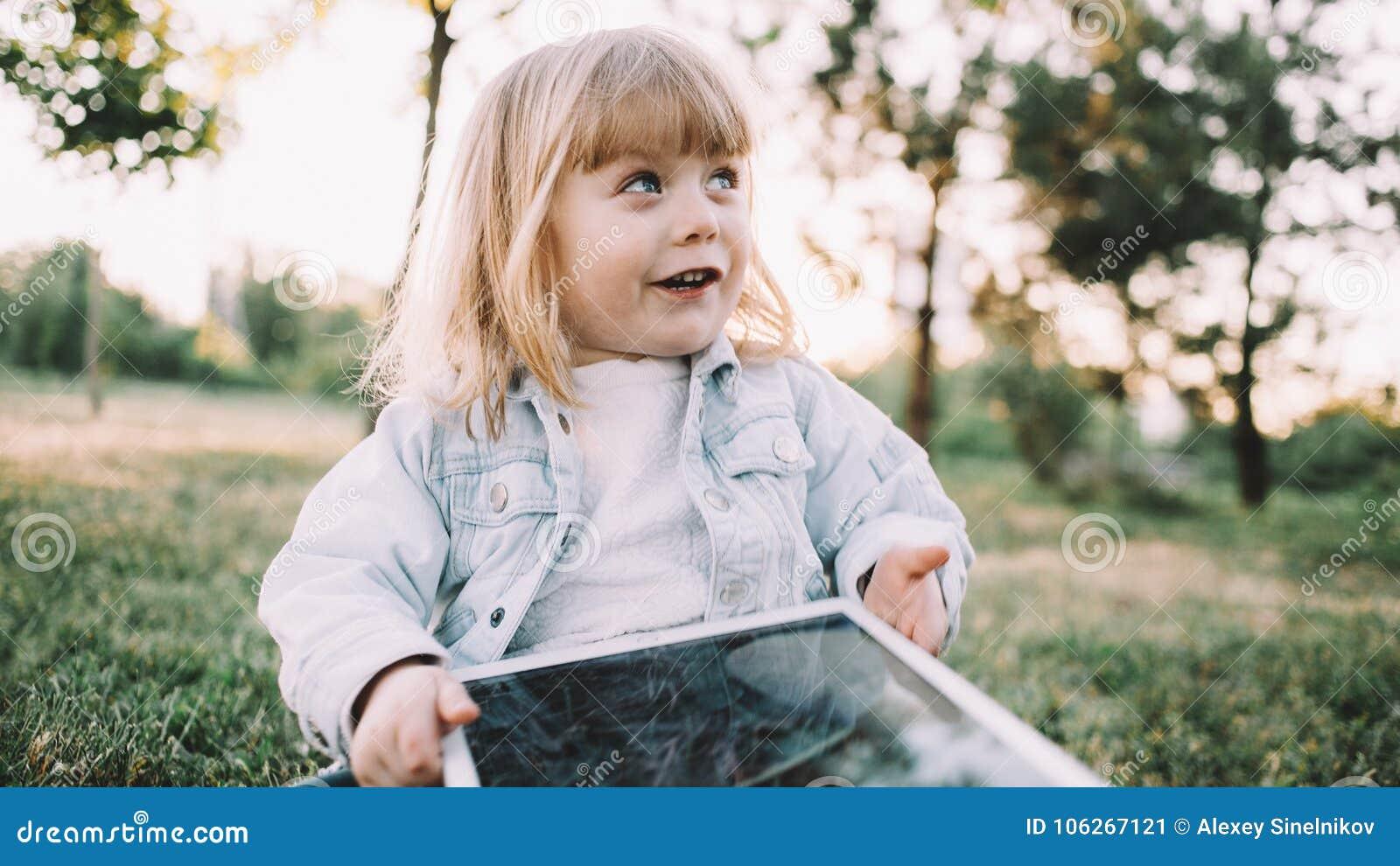 Une petite fille sur l herbe
