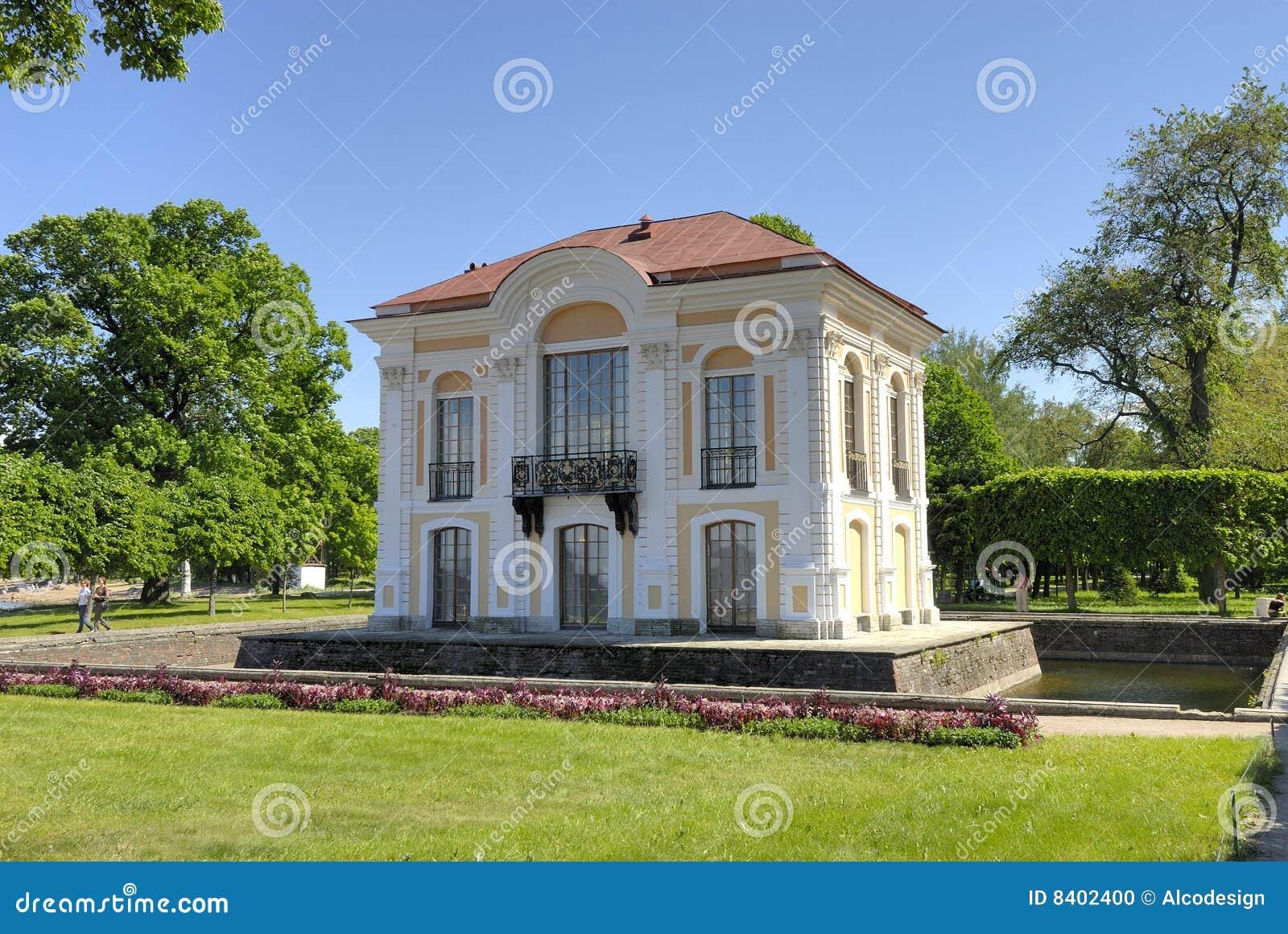 une petite maison dans un jardin photo stock image 8402400. Black Bedroom Furniture Sets. Home Design Ideas