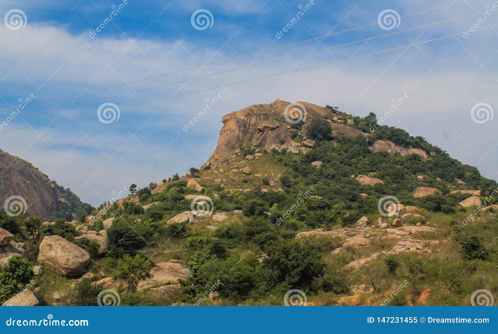 Une petite montagne ou colline sous le ciel bleu