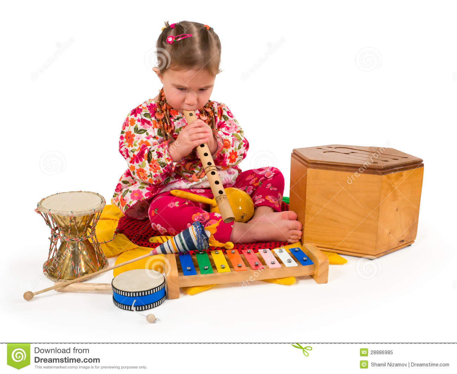 Une petite petite fille jouant la musique.