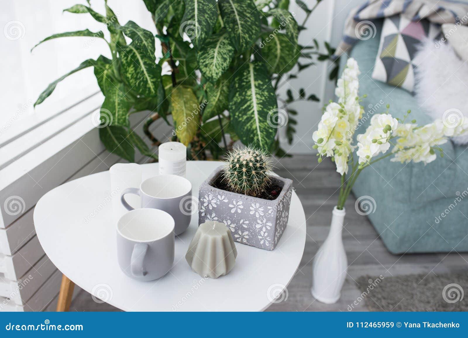 Petite Basse Table Bougie Une Avec Un Blanche CactusUne 8wkNnXZ0OP