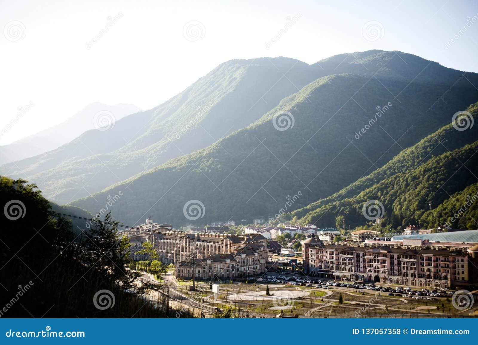 Une petite ville située dans de hautes montagnes