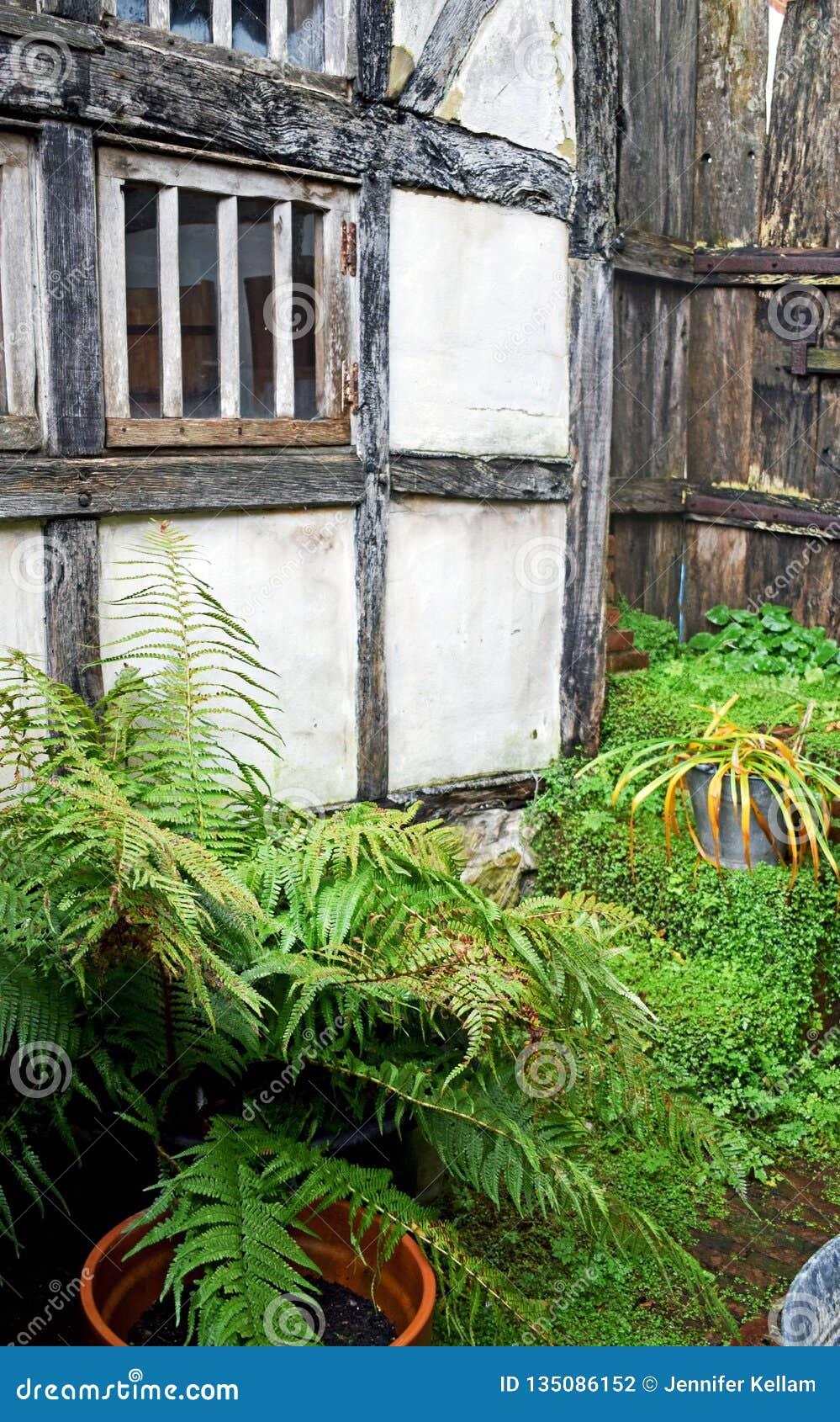 Une photo externe de en dehors d une maison de Tudor