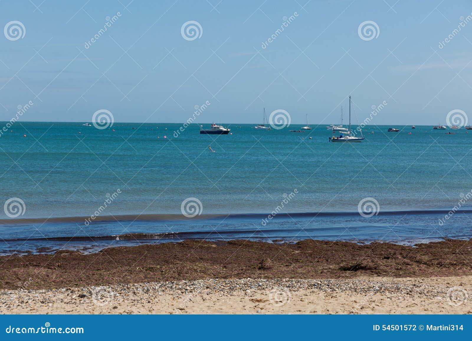 Une photo prise une journée de printemps à la plage de Swanage regardant vers les bateaux sur la mer
