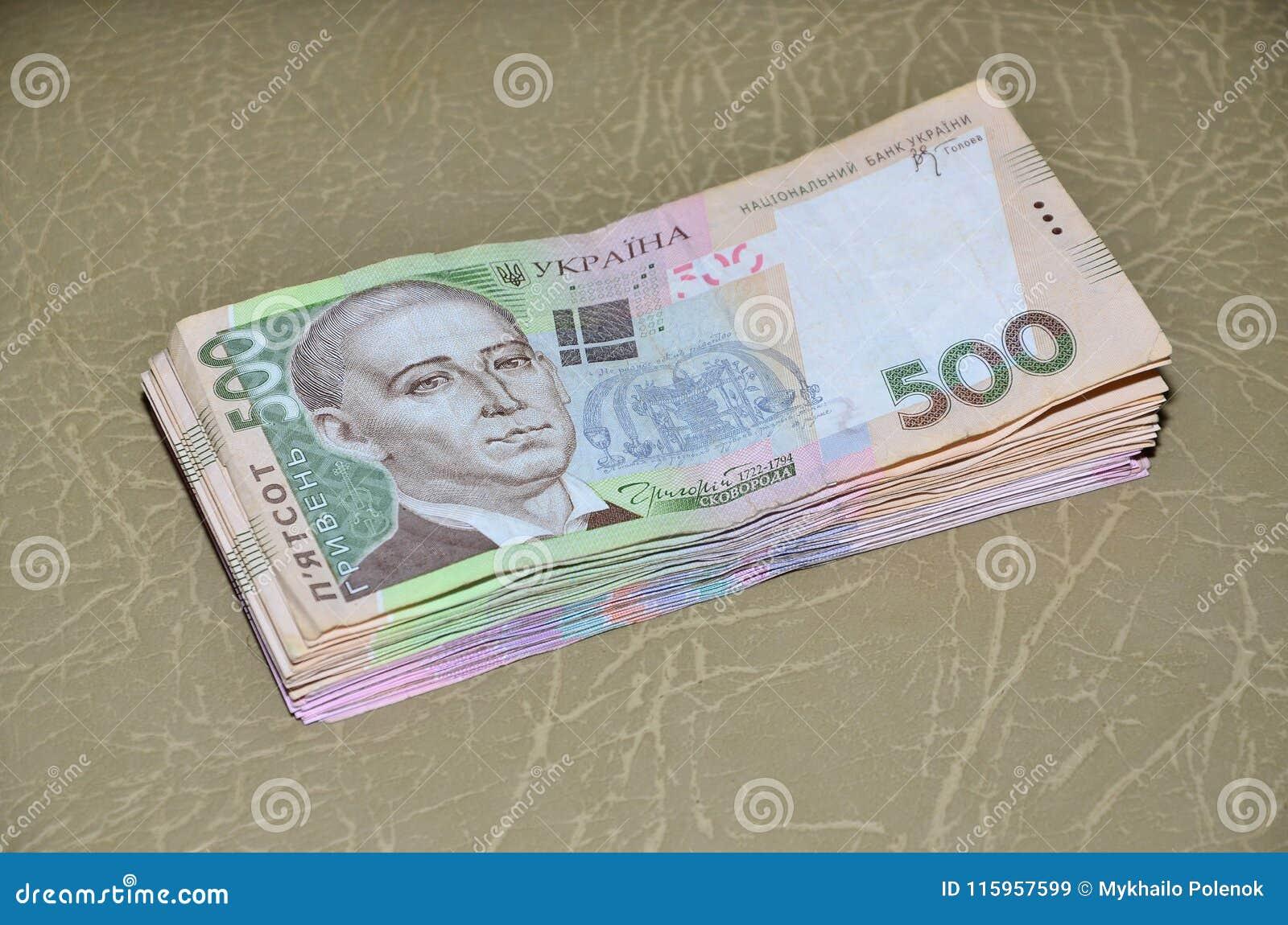 Une photographie en gros plan d un ensemble d argent ukrainien avec une valeur nominale du hryvnia 500, se trouvant sur une surfa