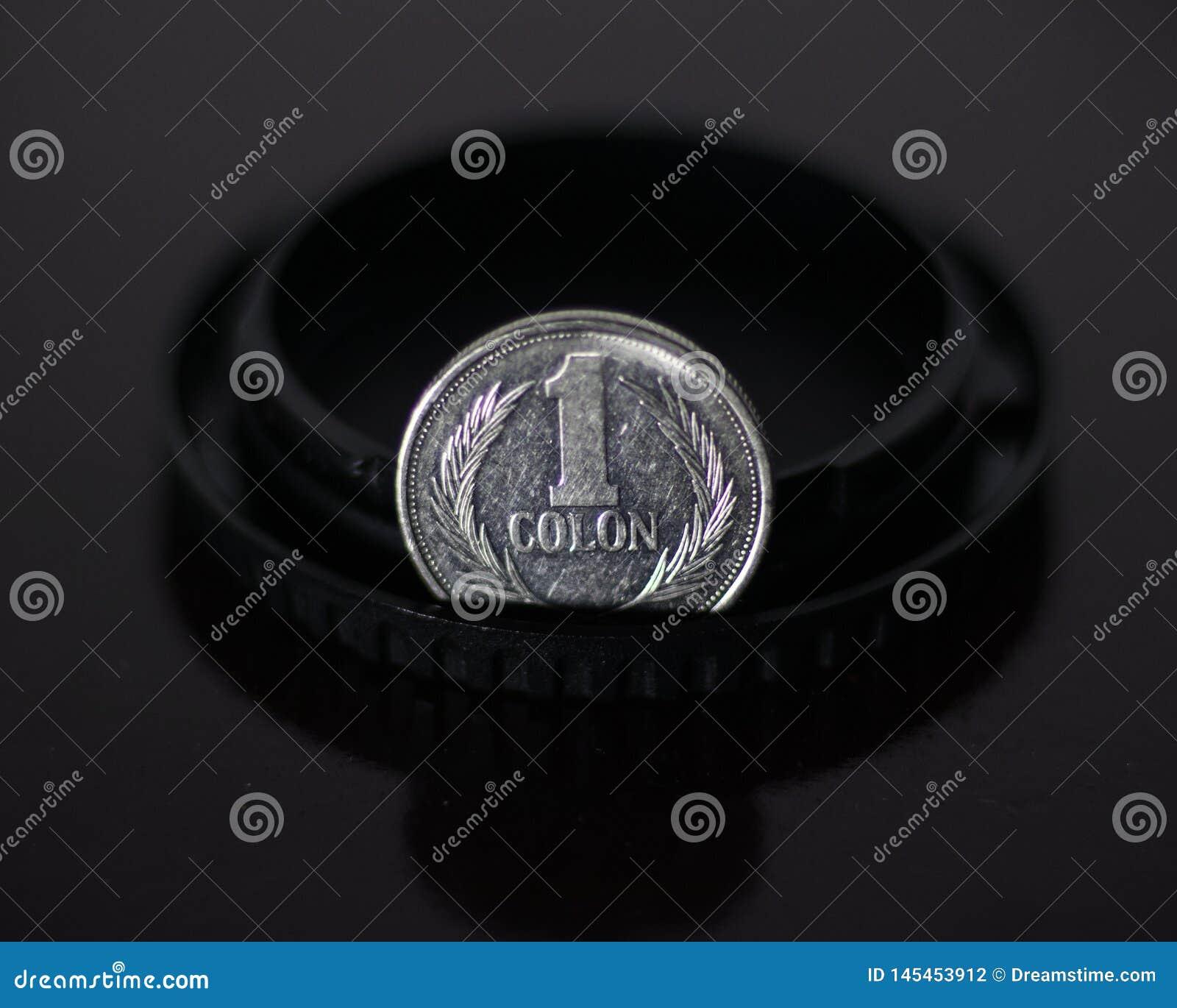 Une pièce de monnaie argentée de deux points