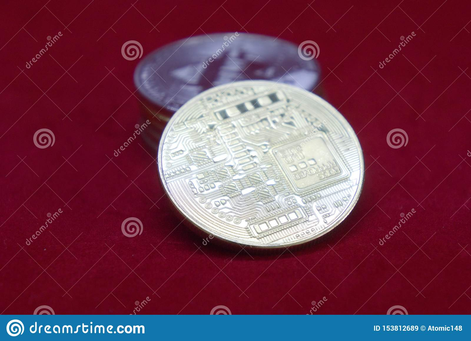 Une pile d or et de pièces de monnaie argentées de cryptocurrency avec le bitcoin dans l avant sur un fond rouge de velours