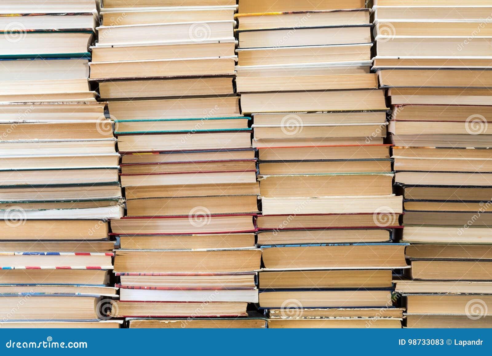 Une pile de livres avec les couvertures colorées La bibliothèque ou la librairie Livres ou manuels Éducation et lecture