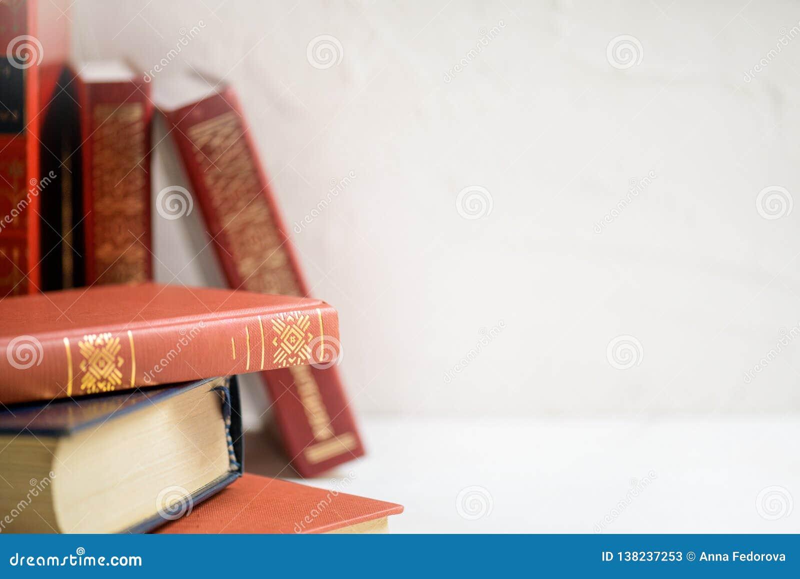 Une pile de livres sur le fond blanc, le foyer seletive, le concept d éducation et de sagesse avec l espace pour le texte