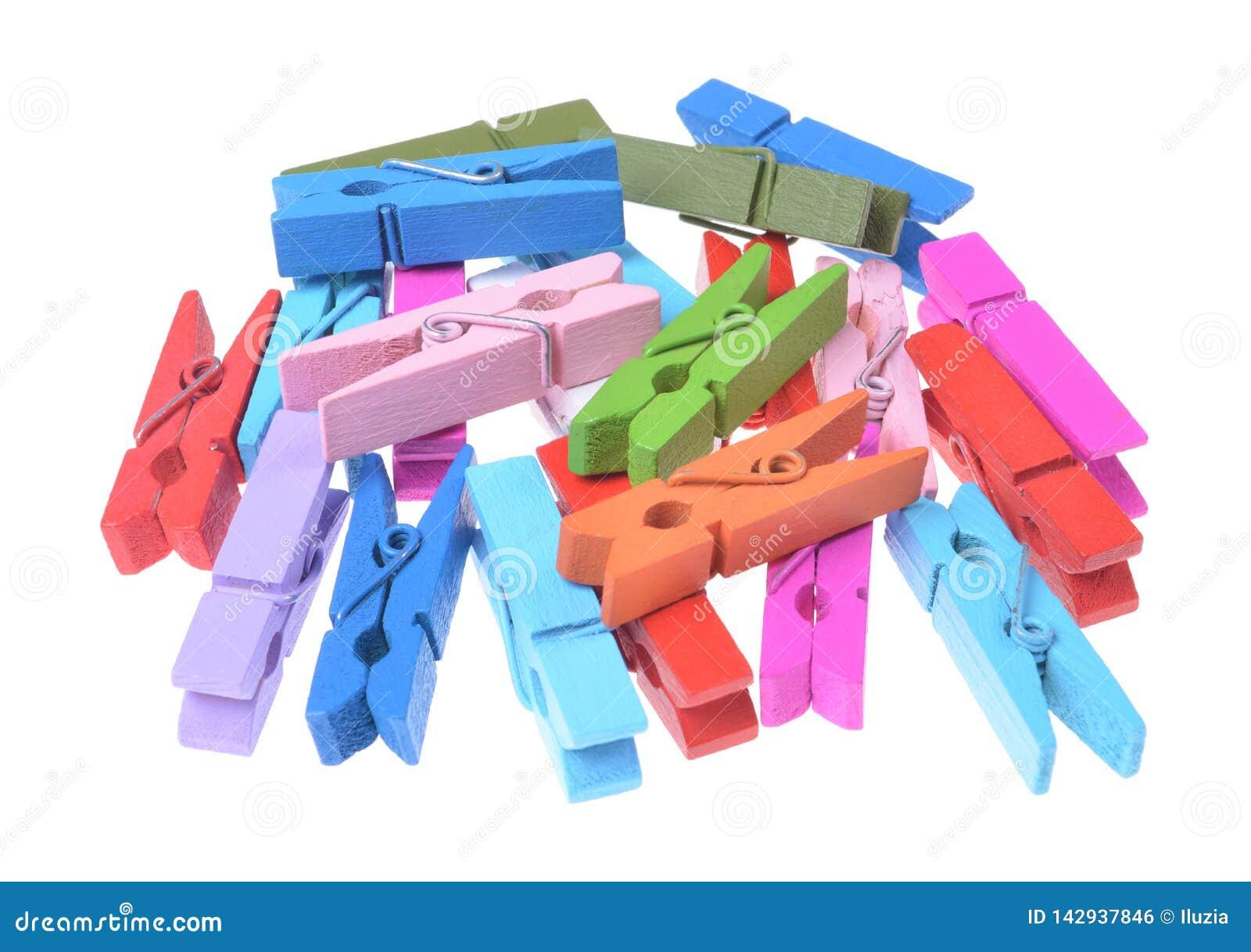 Une pile des agrafes en bois colorées de vêtements d isolement