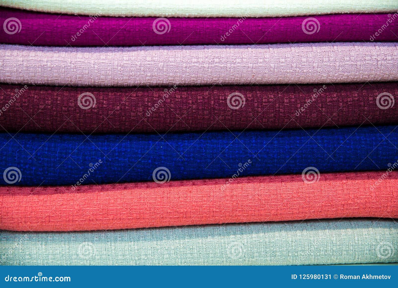 Une pile multicolore de tissus - les tissus se trouvent sur l un l autre