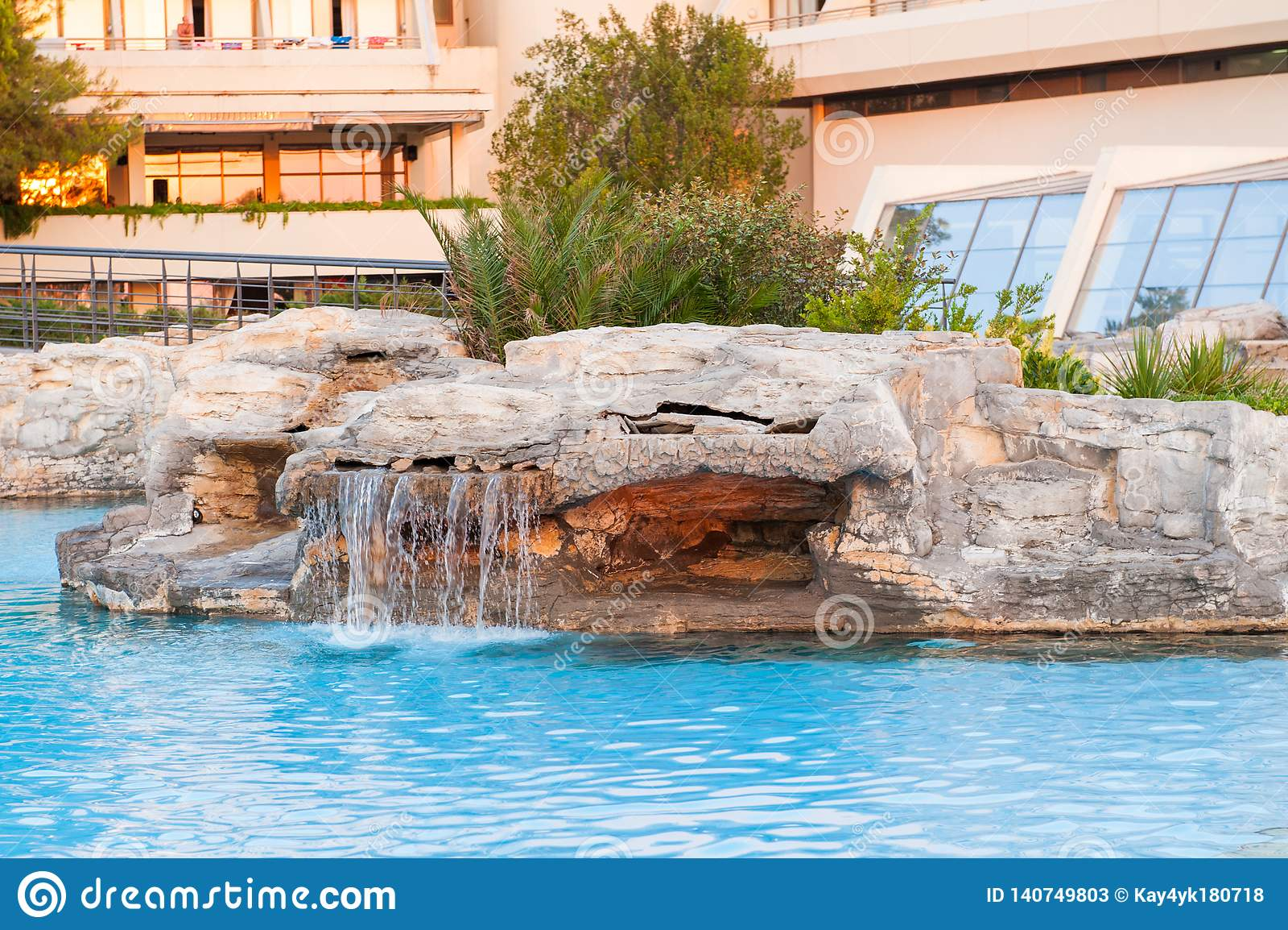 Une piscine de pierre verse l eau hors de elle