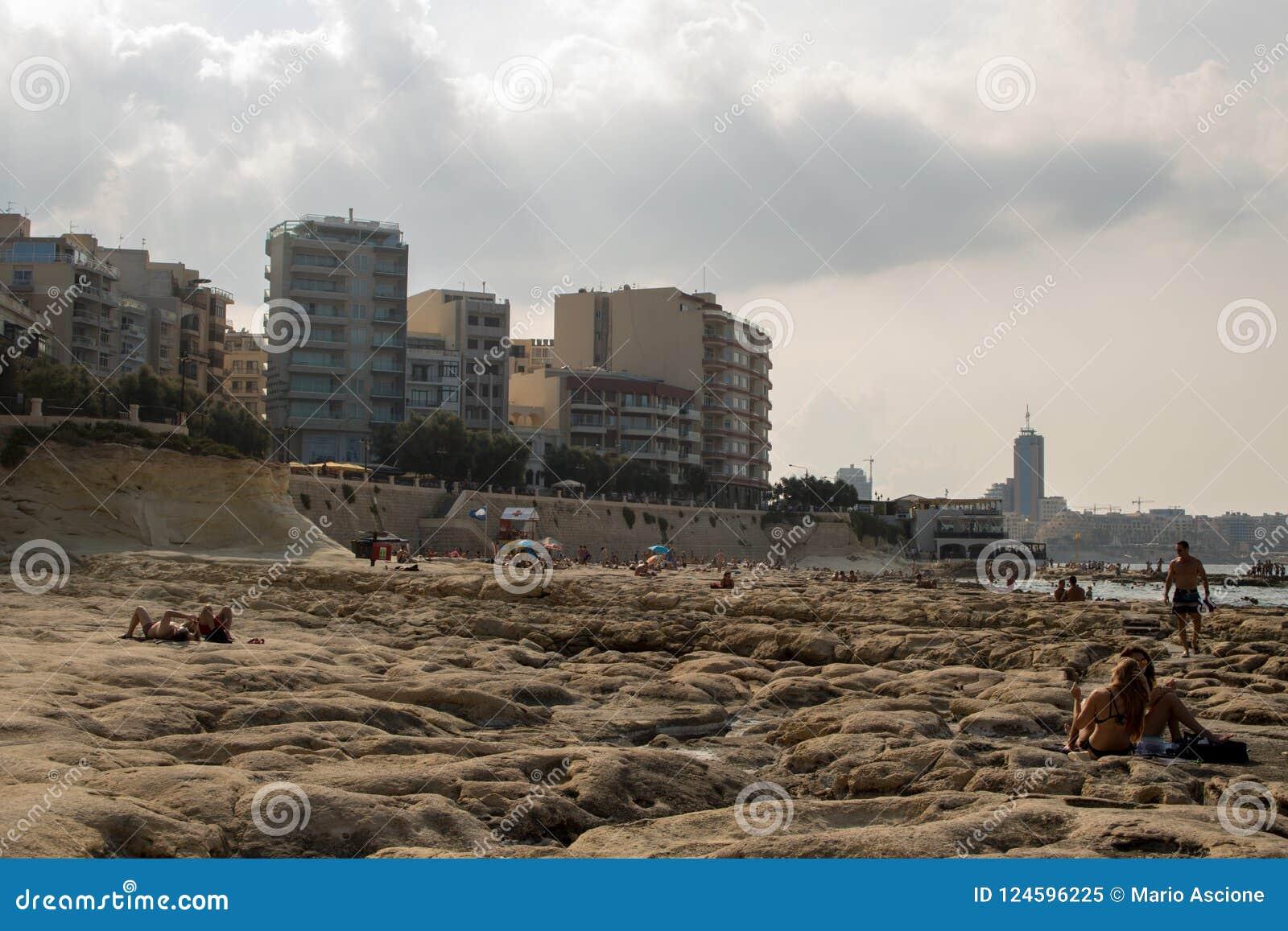 Une plage rocheuse à Malte