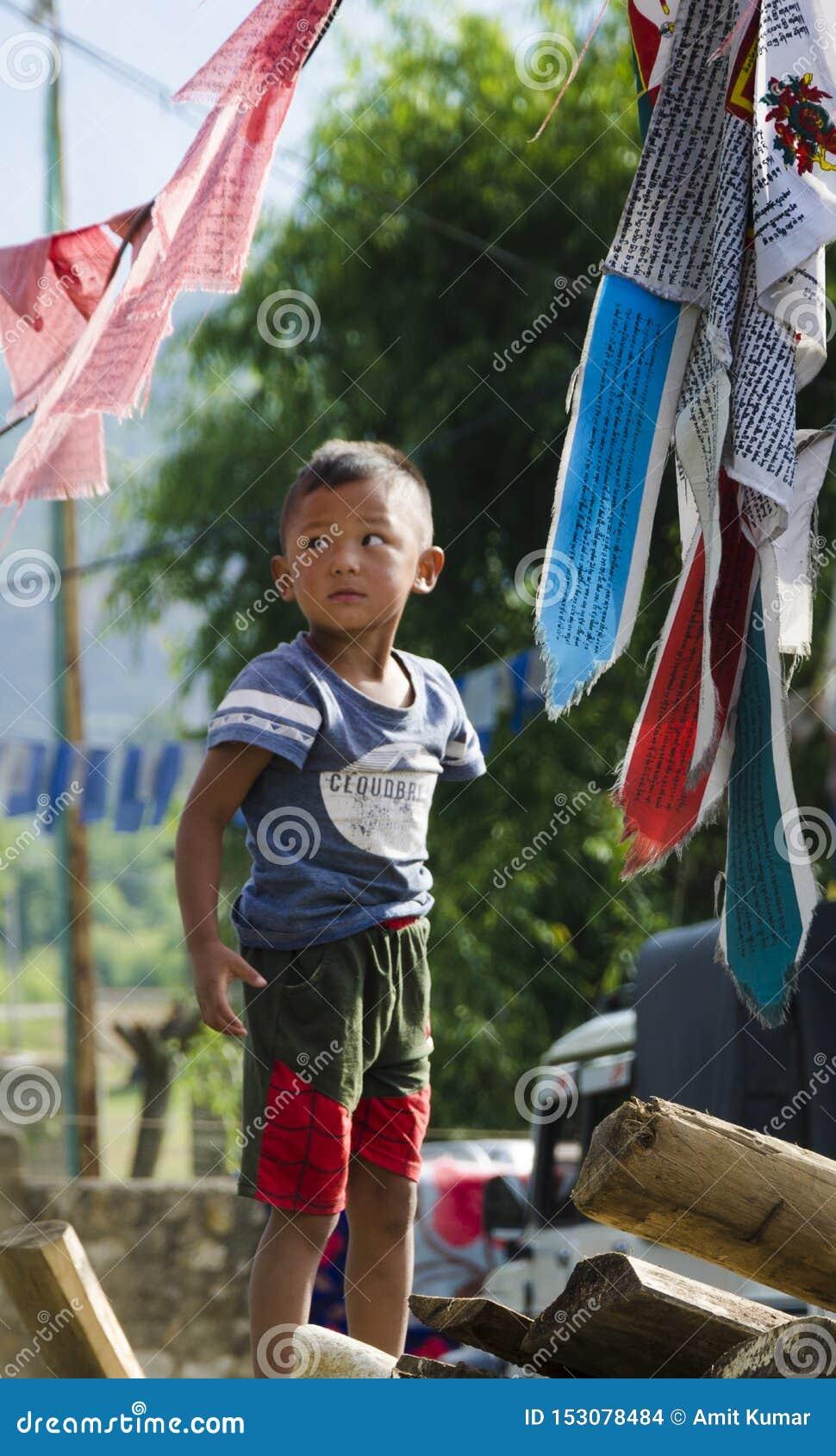 Une position d enfant dans le côté de pays