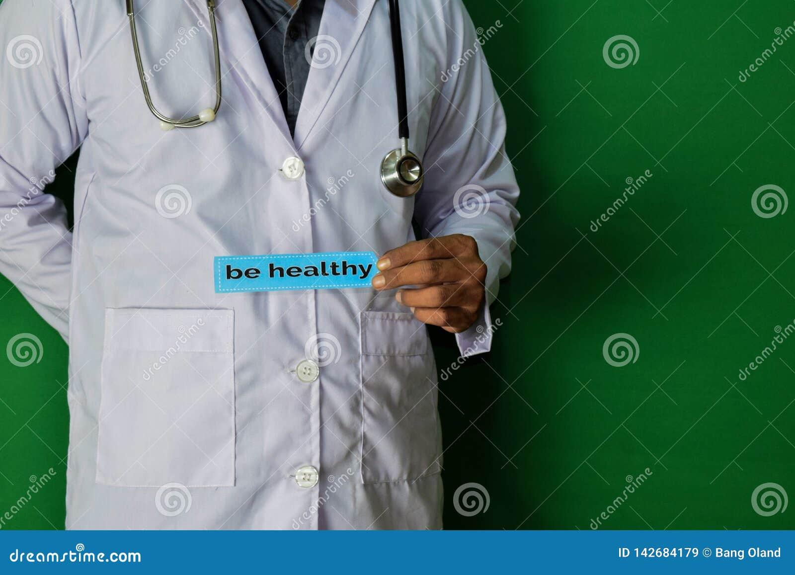 Une position de docteur, jugent soit texte de papier sain sur le fond vert Concept médical et de soins de santé