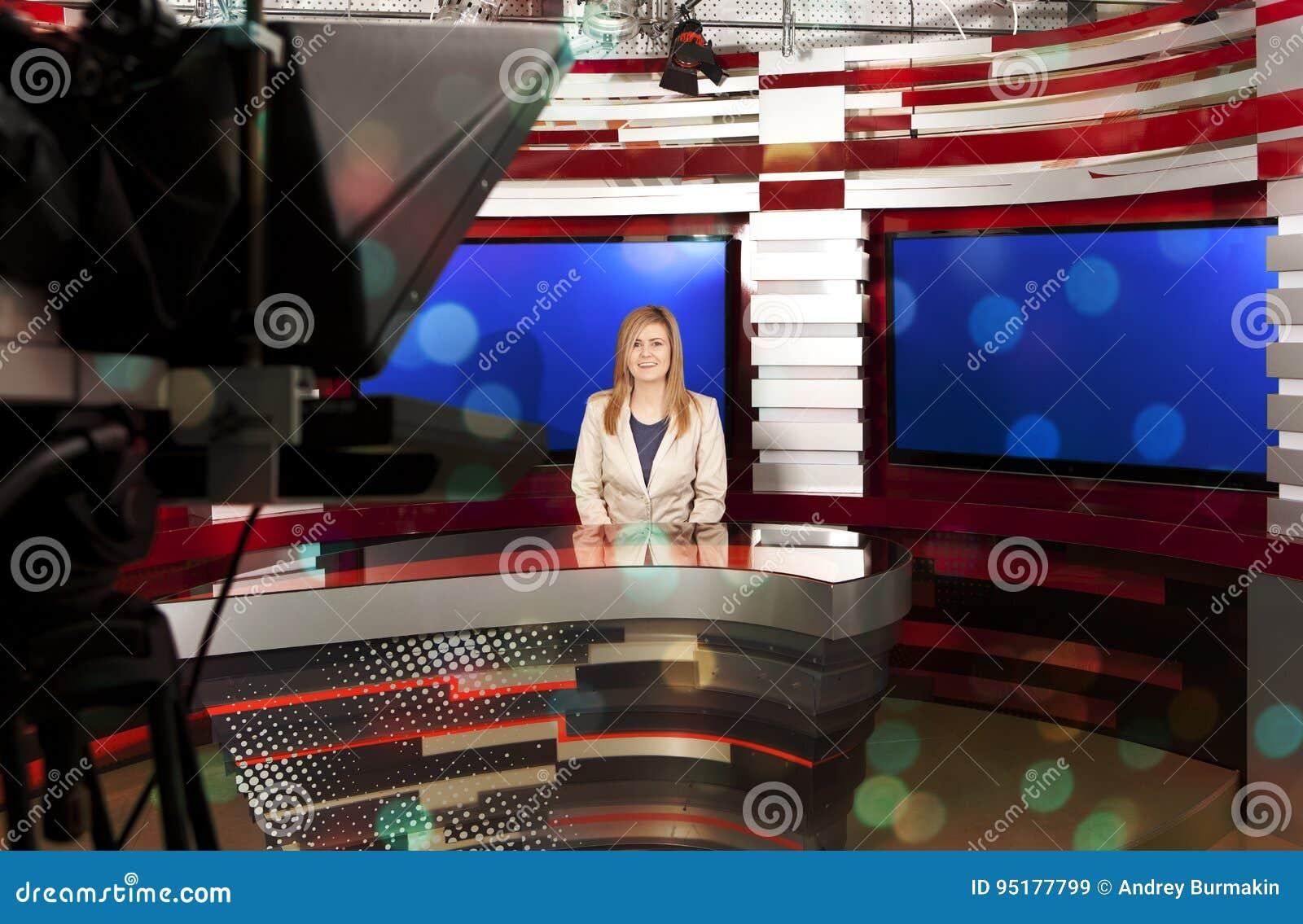 Une présentatrice de télévision au studio