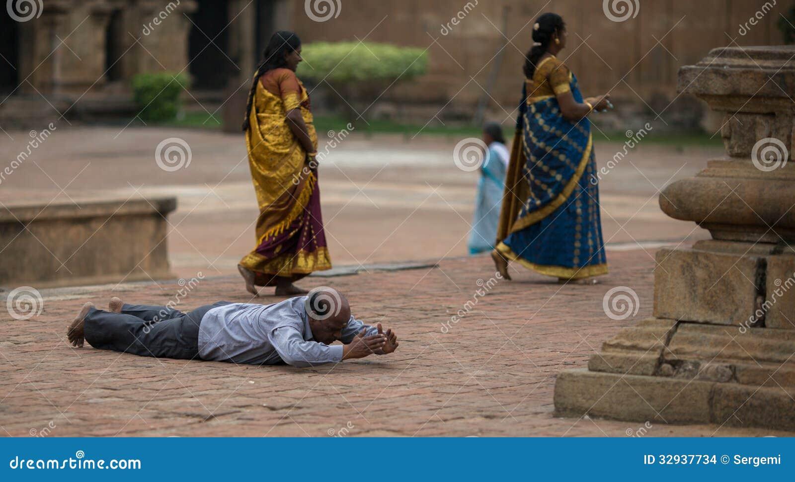 Une prière dans le temple indien