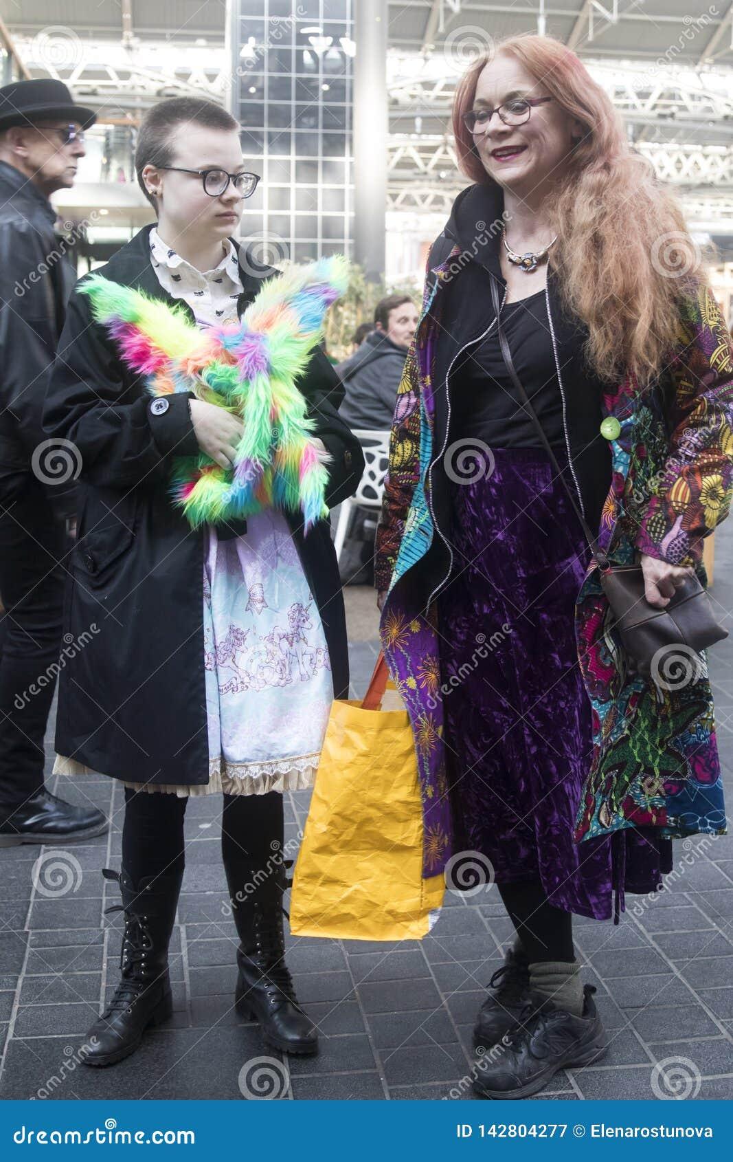 Une promenade de couleur est une réunion informelle des personnes créatives obtenant habillées ou s habillant pour inspirer et êt