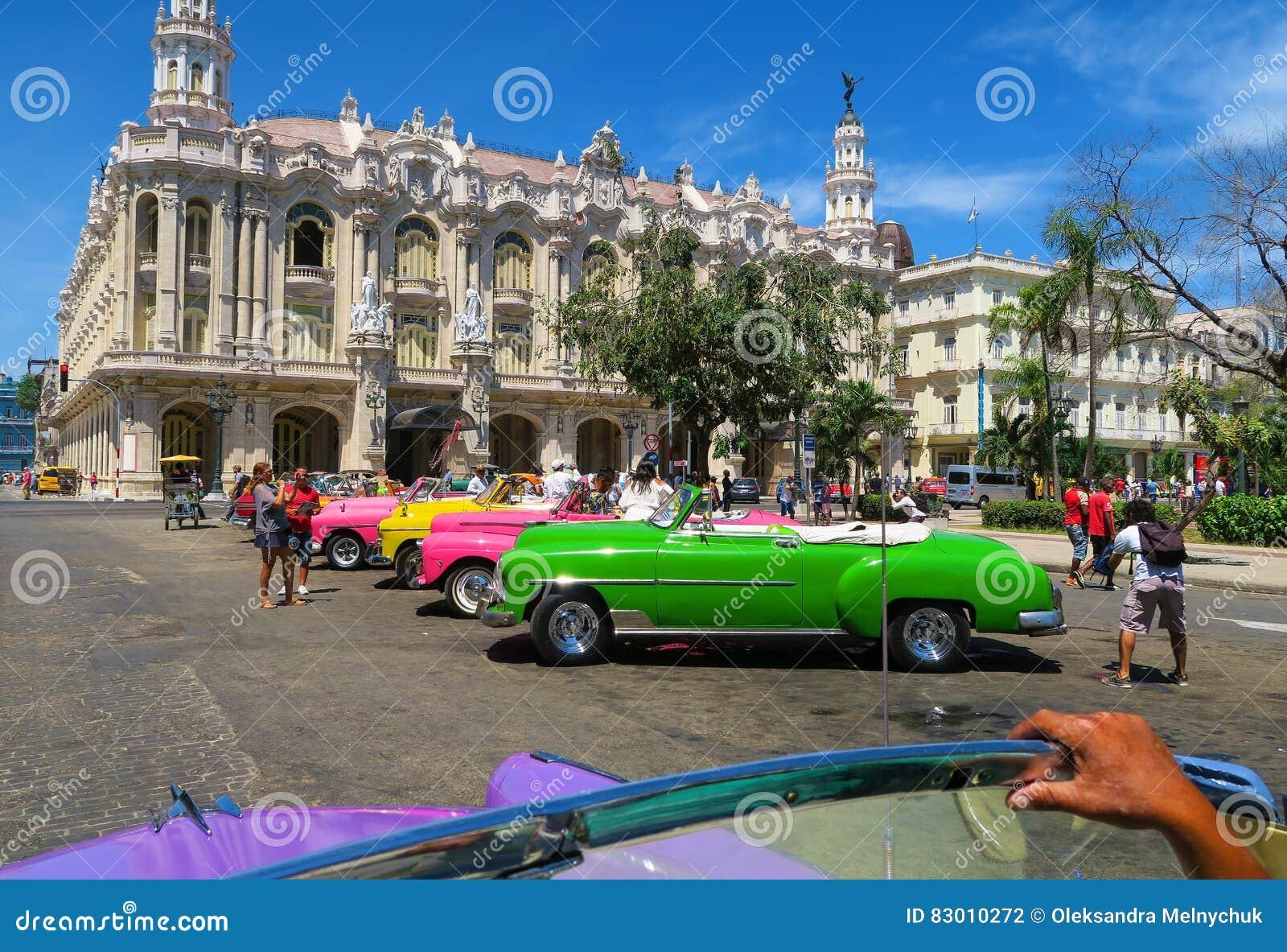 Une rangée de rétros voitures de cabriolet coloré à La Havane