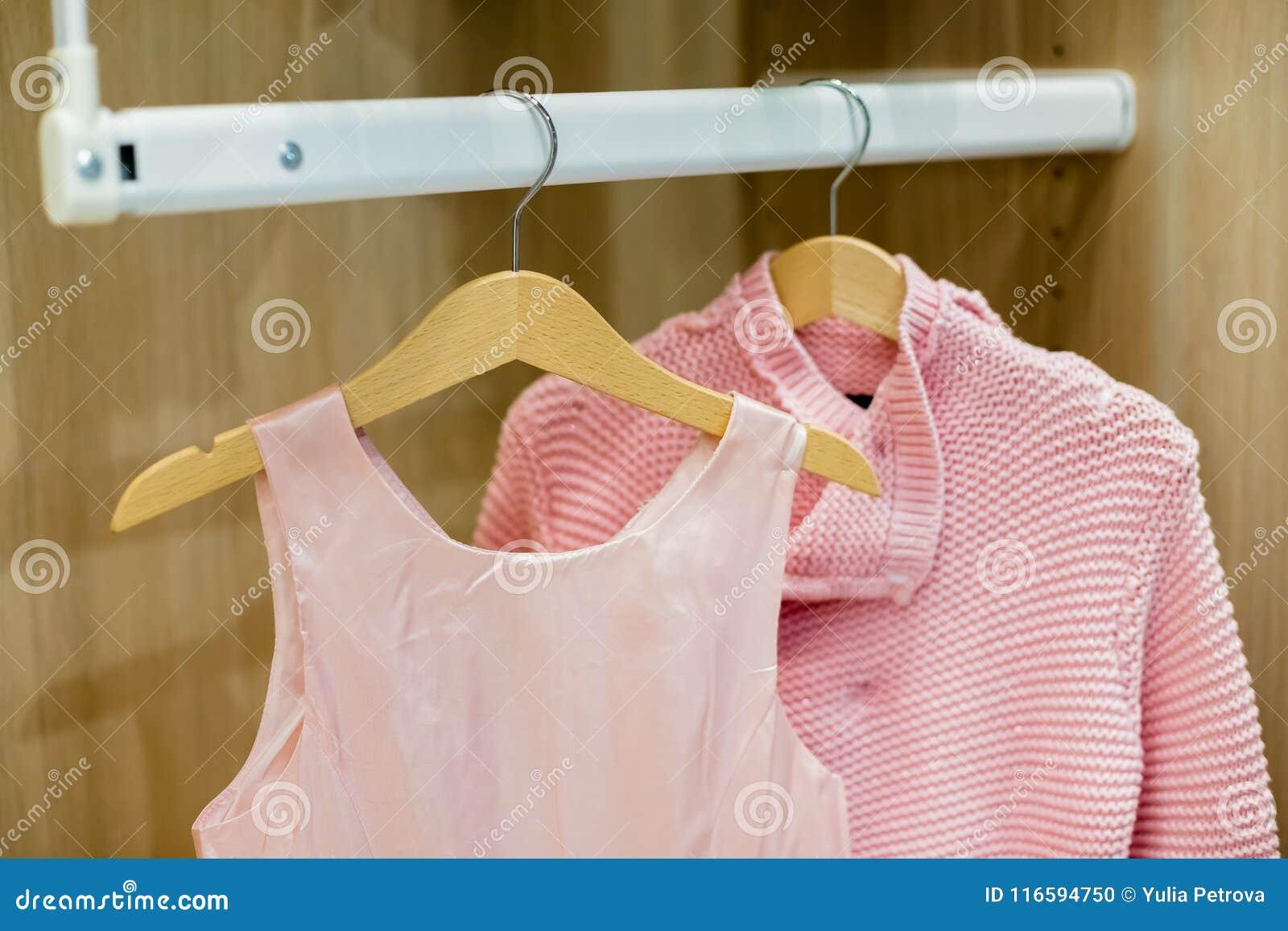 Pour Accrocher Les Vetements une rangée des enfants vêtx accrocher sur des cintres mode