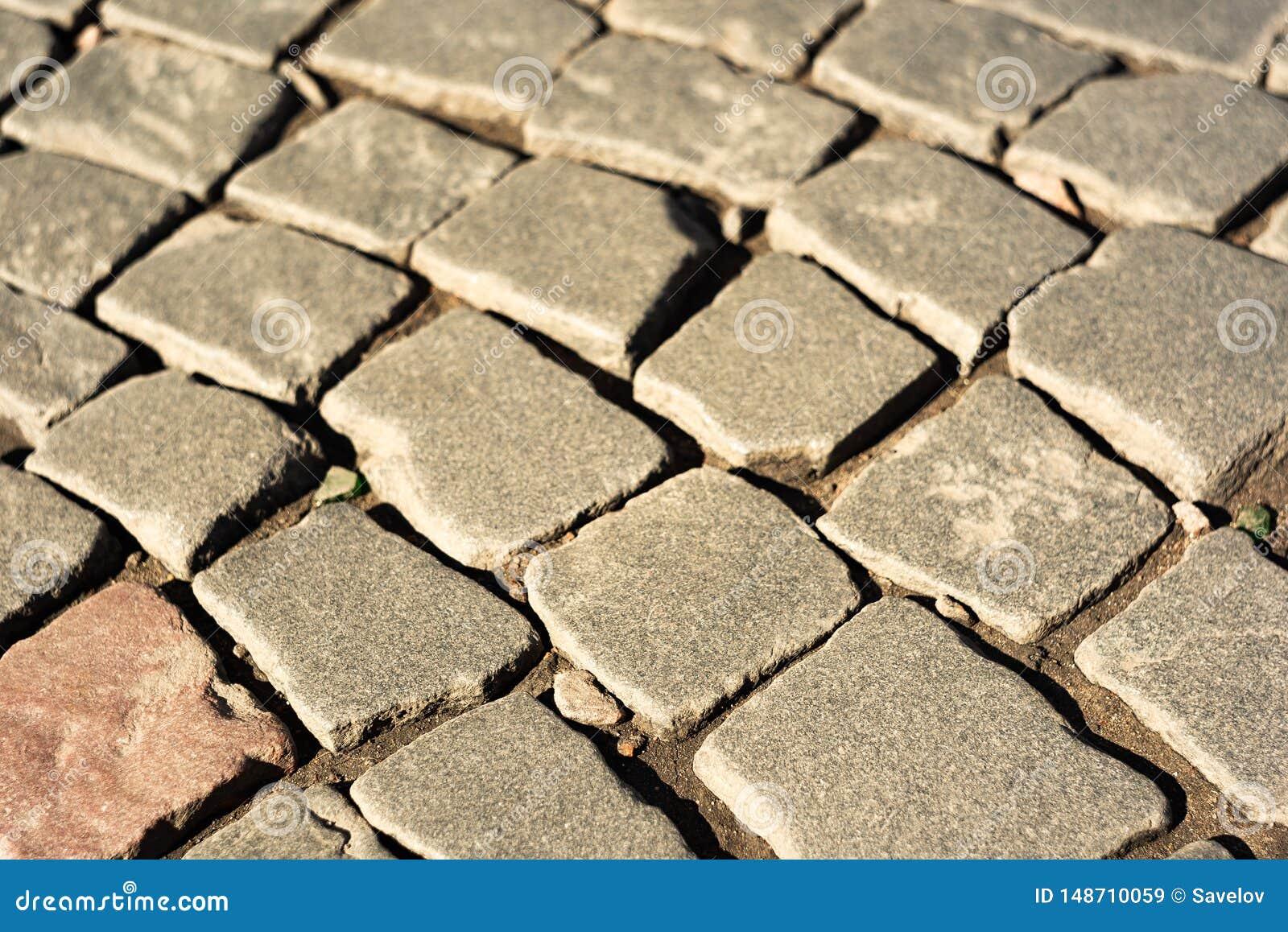 Une rang?e des pierres dans le trottoir