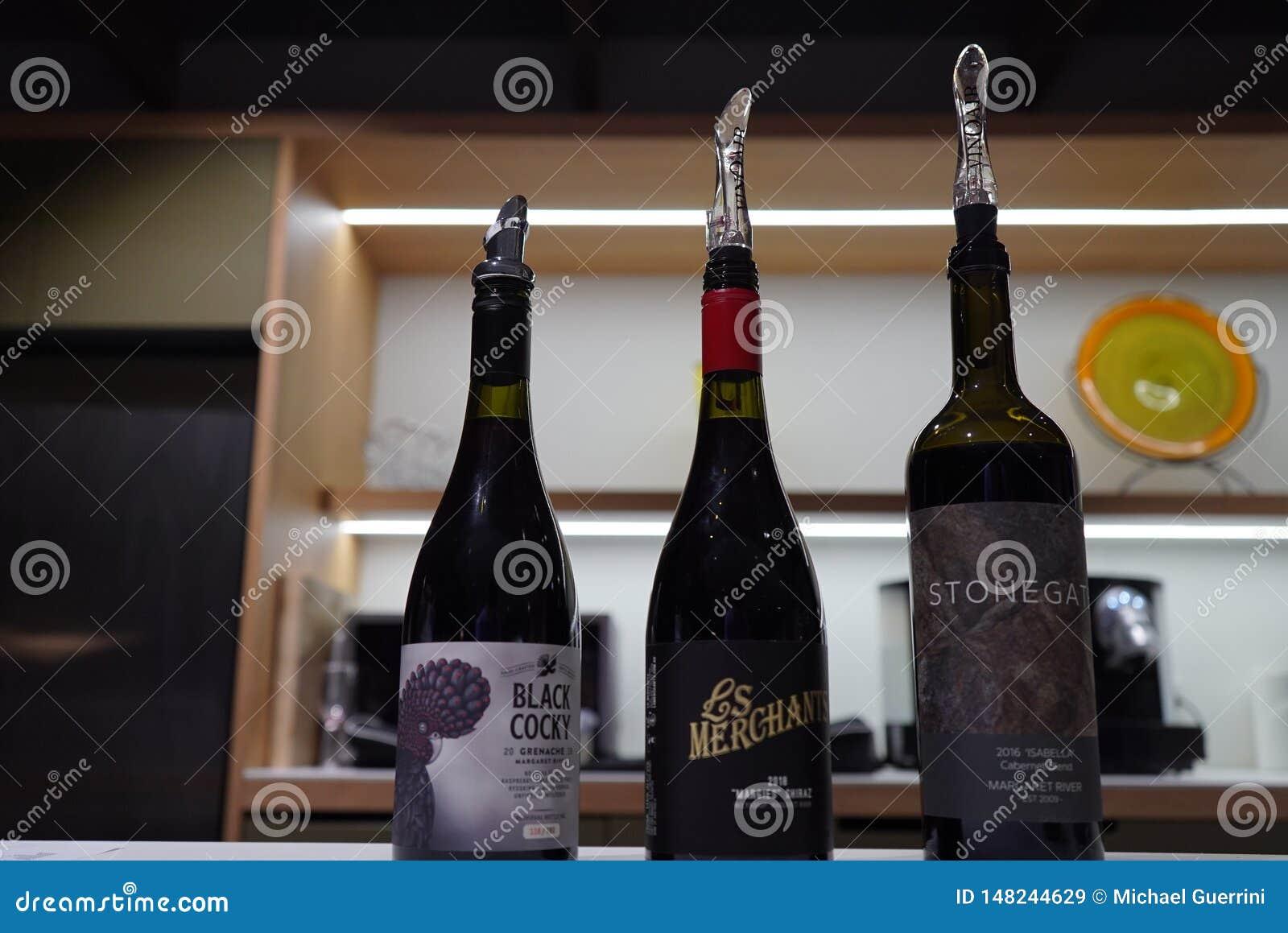 Une rang?e des verres de vin