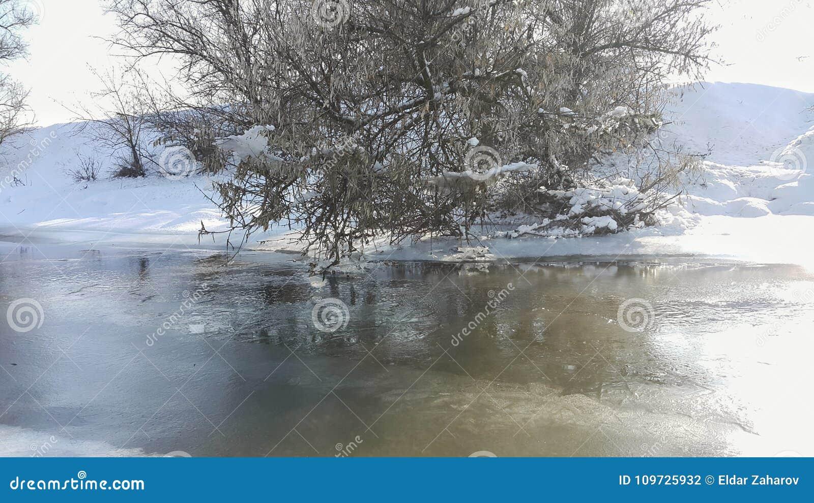 Une rivière congelée en captivité près du froid Neige et ciel bleu avec les nuages et le bâton J aime marcher sur une rivière con