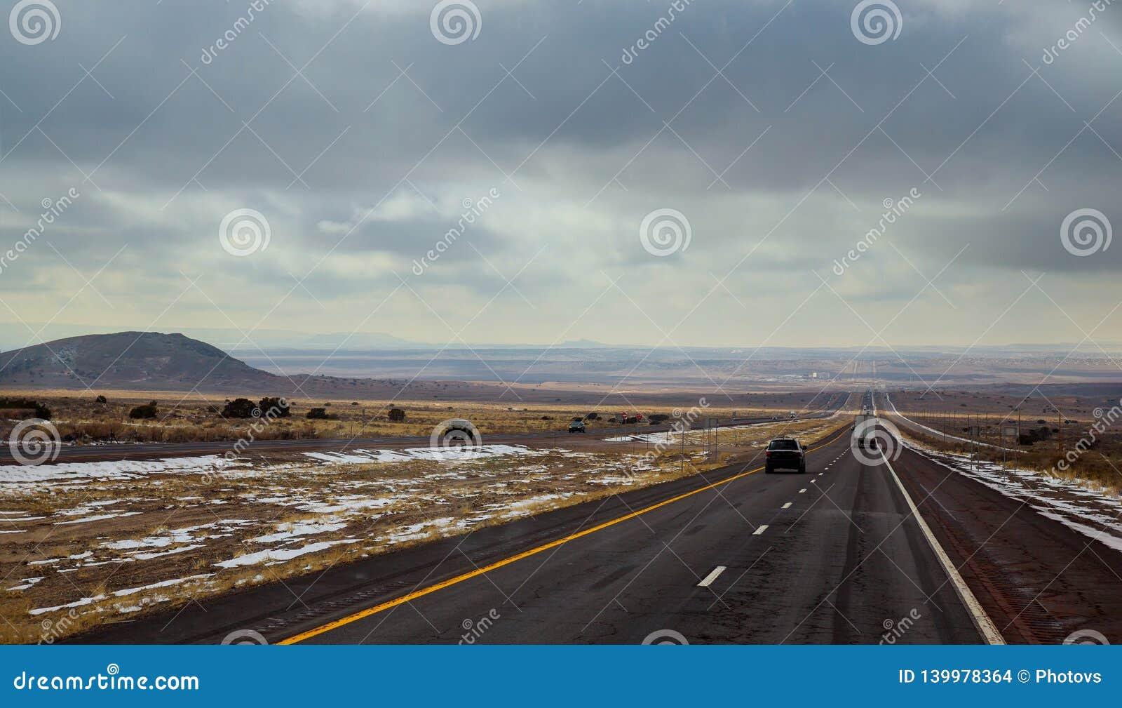 Une route fonctionne de Tucumcari, Nouveau Mexique par la brosse et les MESAs du haut désert