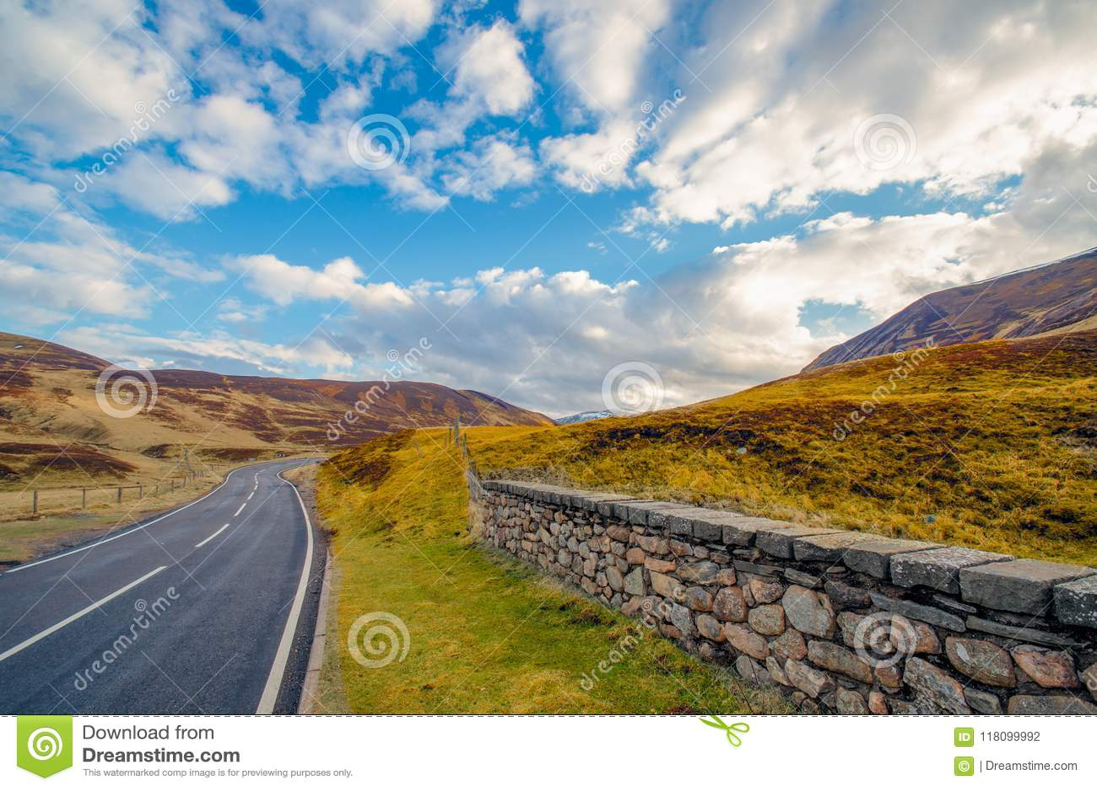 Une route principale typique par une gorge écossaise menant par