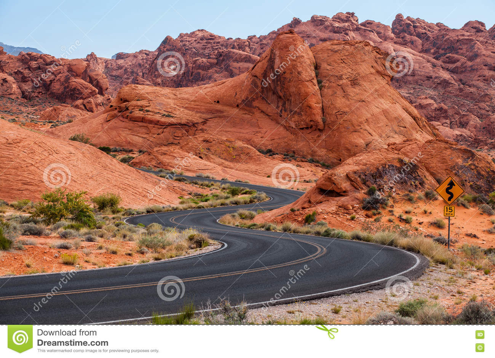 Une route va par elle dans la vallée du parc d état du feu, Nevada, Etats-Unis