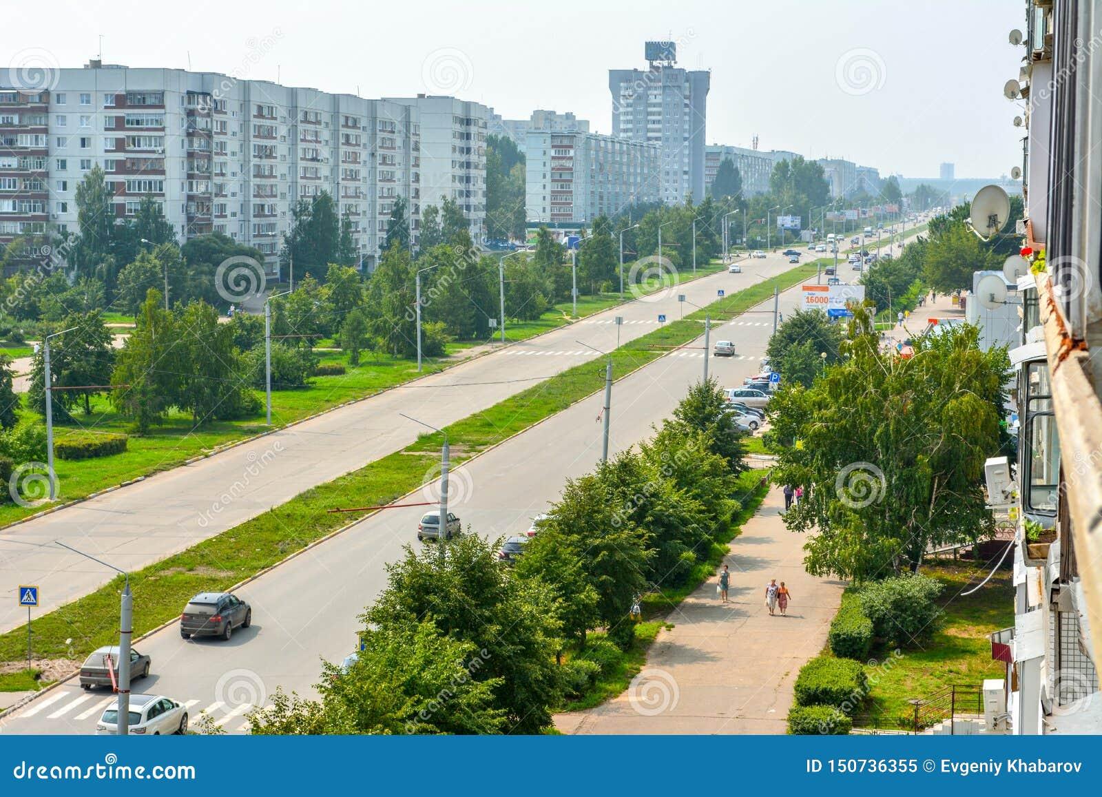 Une rue verte spacieuse dans le secteur de la ville nouvelle ulyanovsk